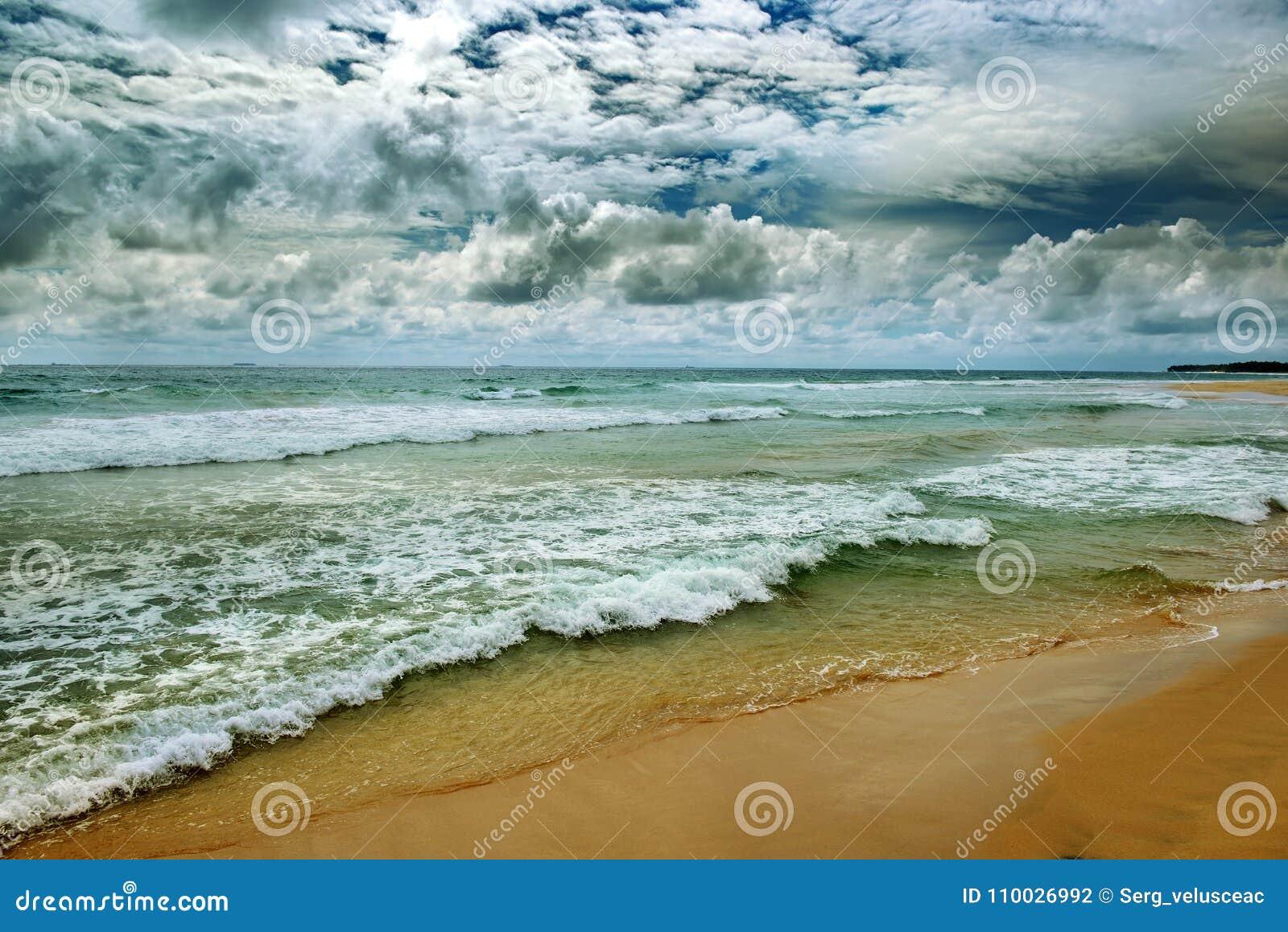 Dramatische donkere hemel en oceaangolven in uitstekende stijl