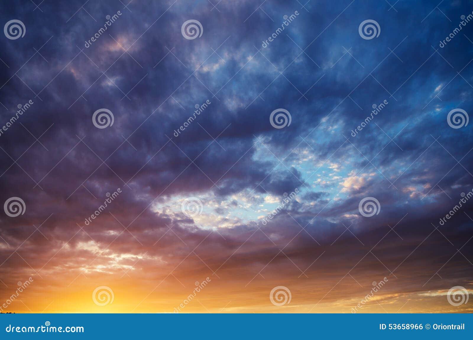 Dramatische hemel bij zonsondergang