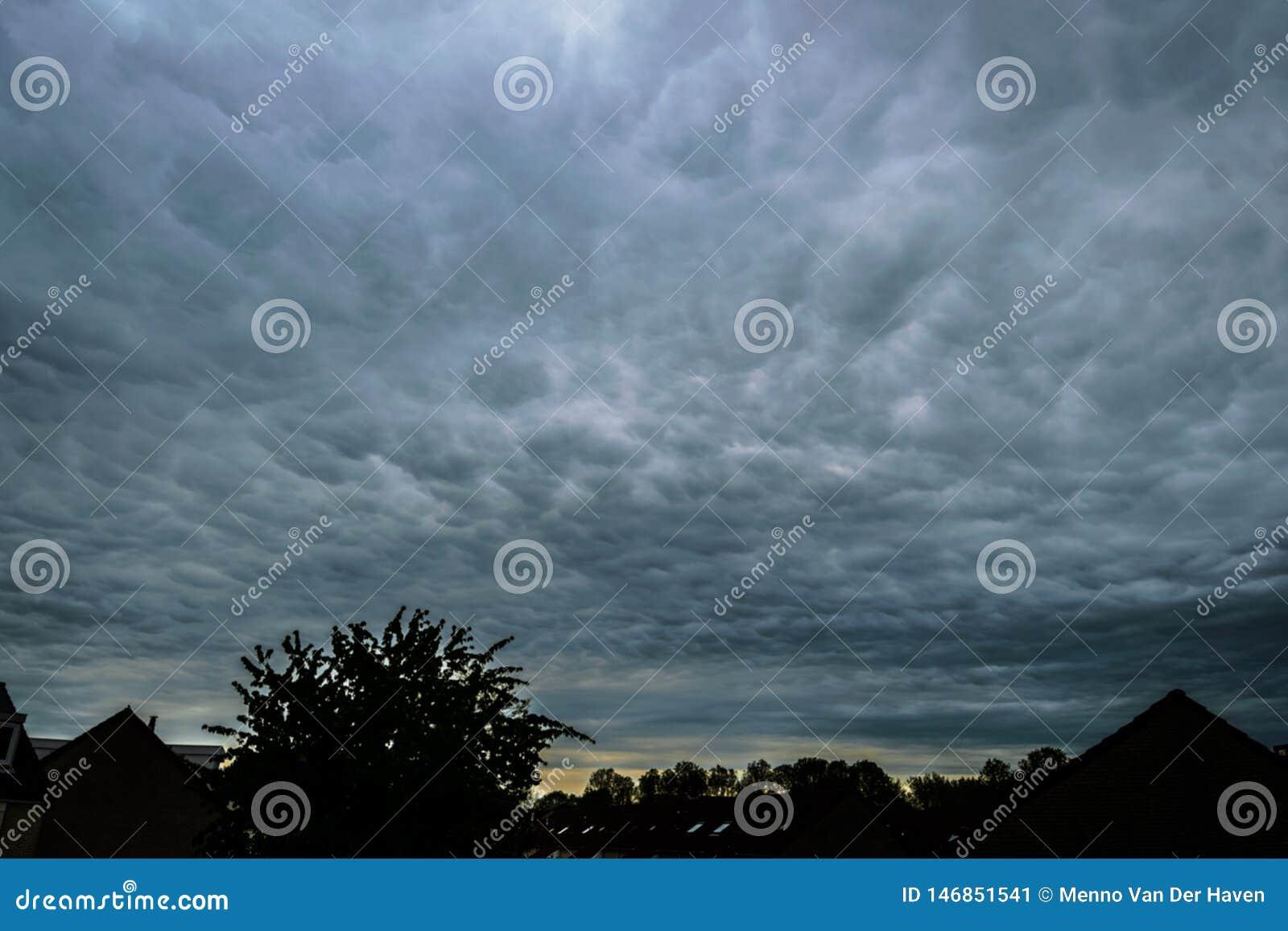 Dramatische hemel van mammatuswolken