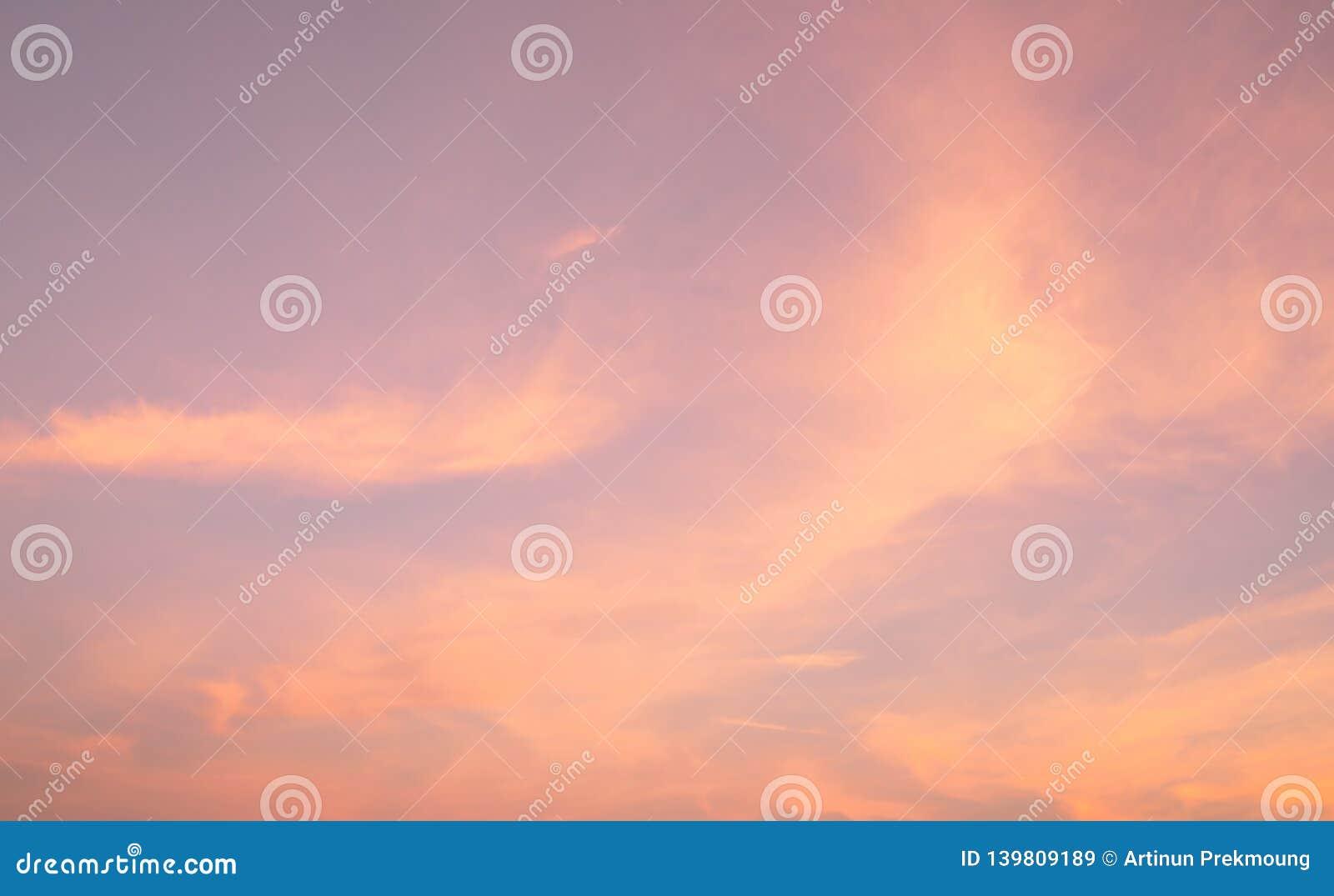 Dramatische roze hemel en wolken abstracte achtergrond Kunstbeeld van roze wolkentextuur Mooie zonsonderganghemel Zonsondergangsa