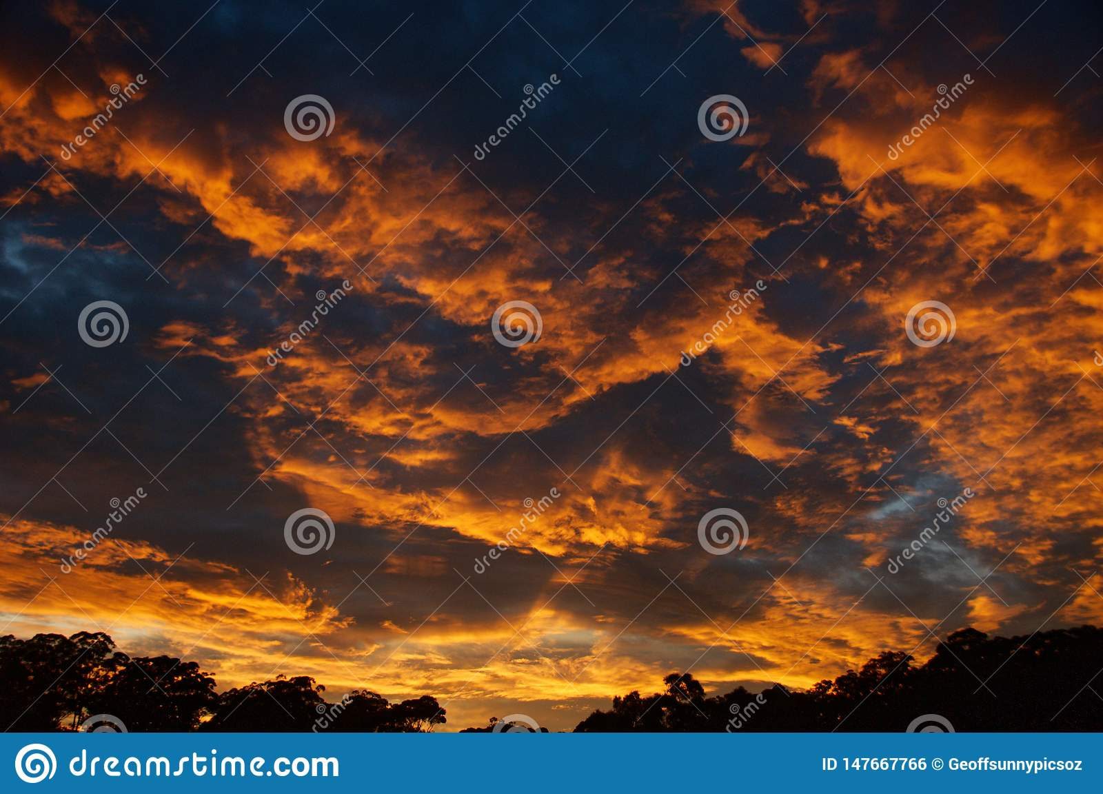 Dramatische sinaasappel gekleurde stratocumuluszonsopgang cloudscape