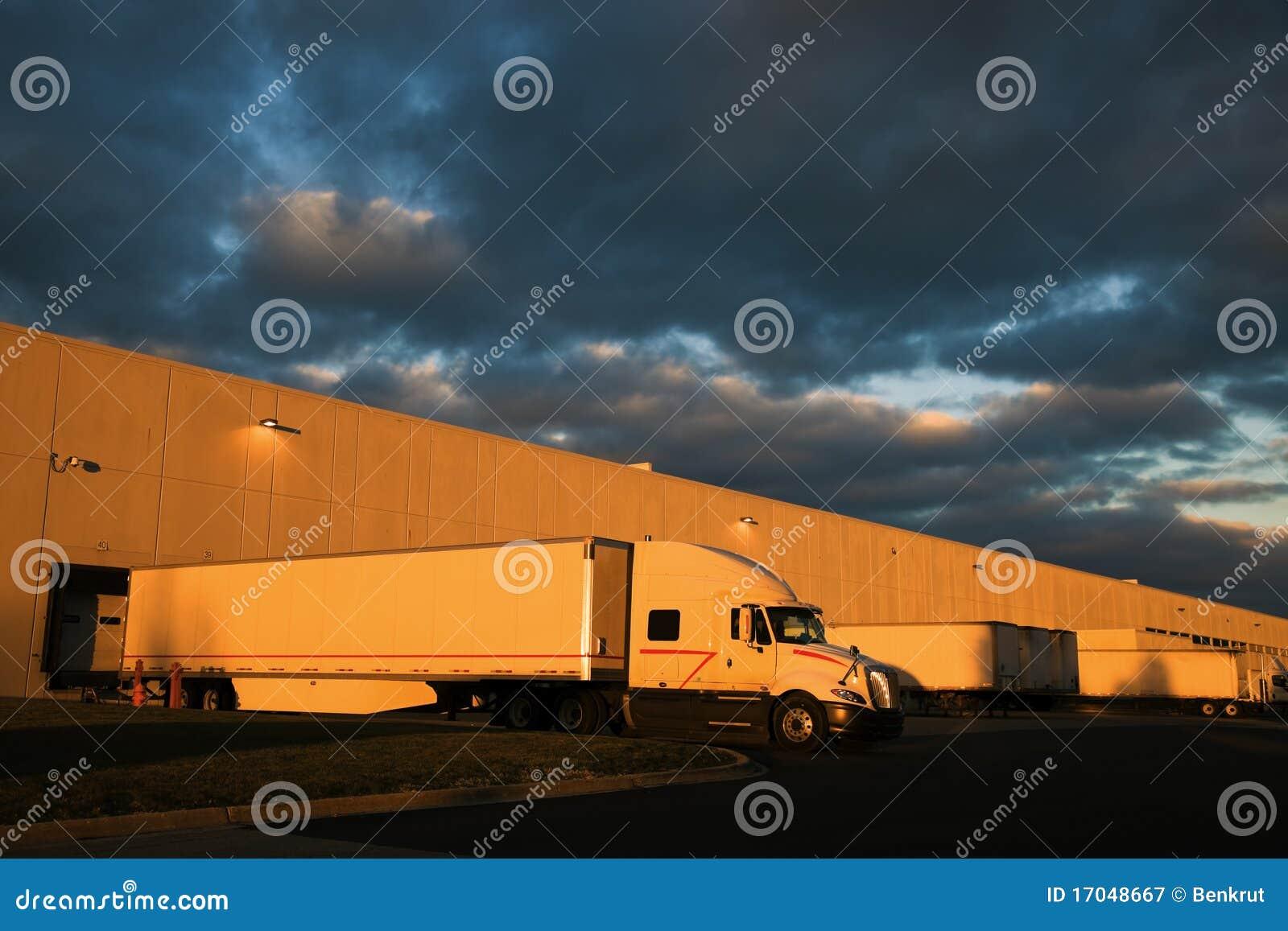Dramatische zonsondergang boven distributiepakhuis