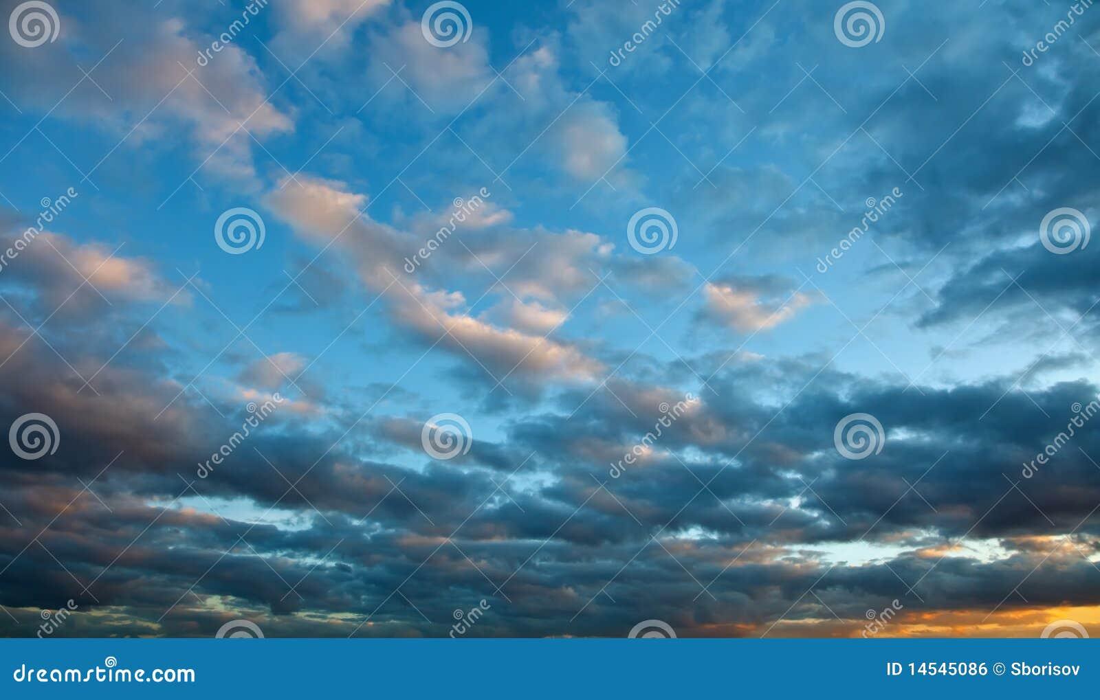 Dramatisk skysolnedgång
