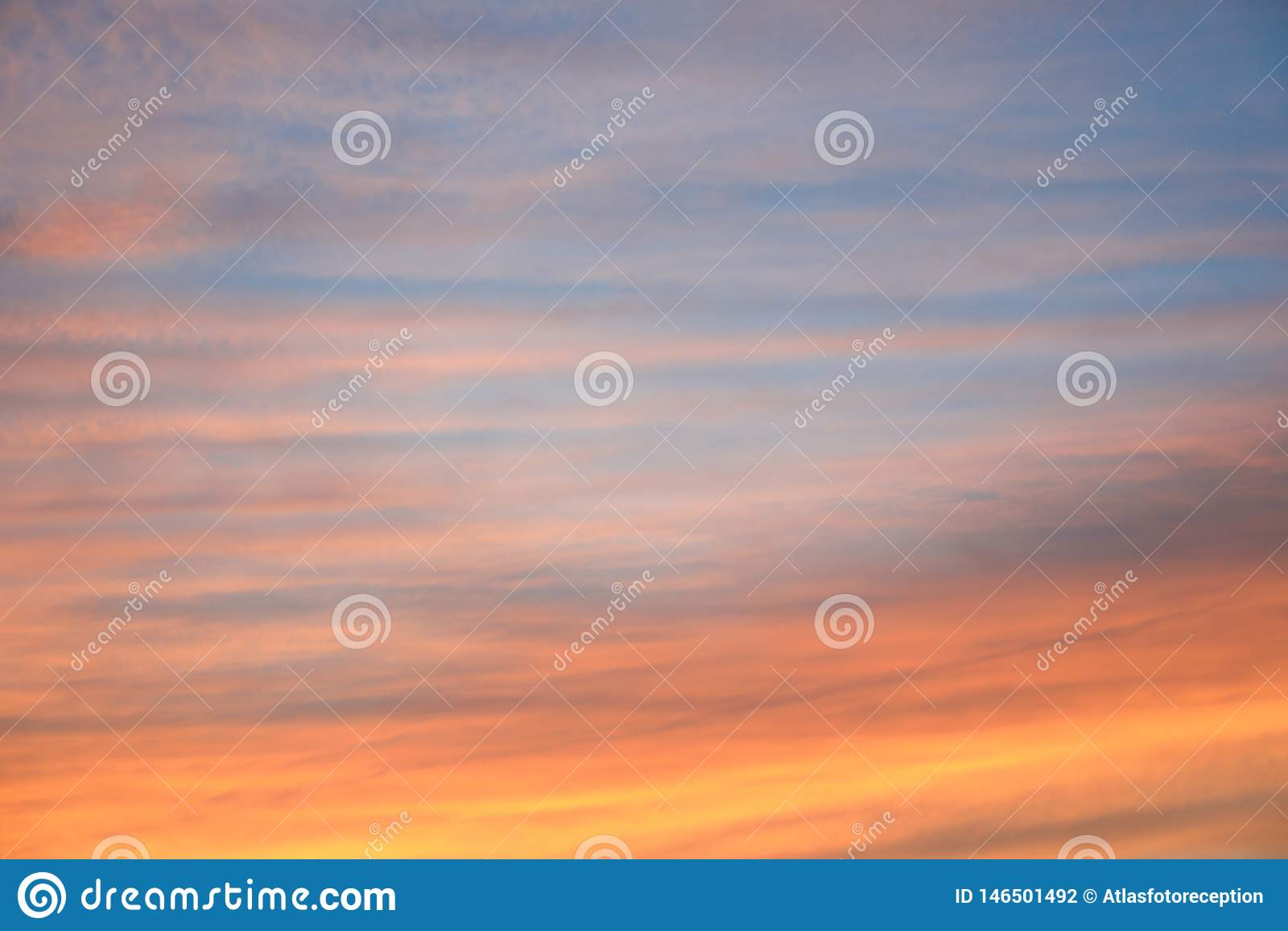 Dramatisk solnedg?nghimmelbakgrund med br?nnhet gul, orange och rosa f?rg f?r moln, naturbakgrund