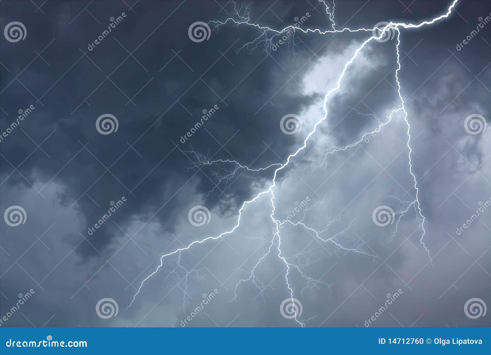 Dramatisk stormig lightingsky