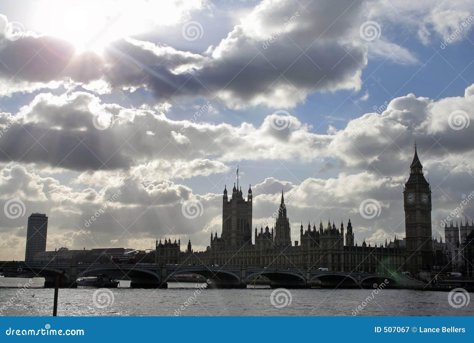 Dramatiskt över parlamentskyen