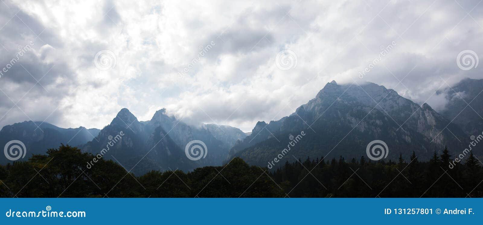 Dramatiskt panoramalandskap av molniga carpathians berg