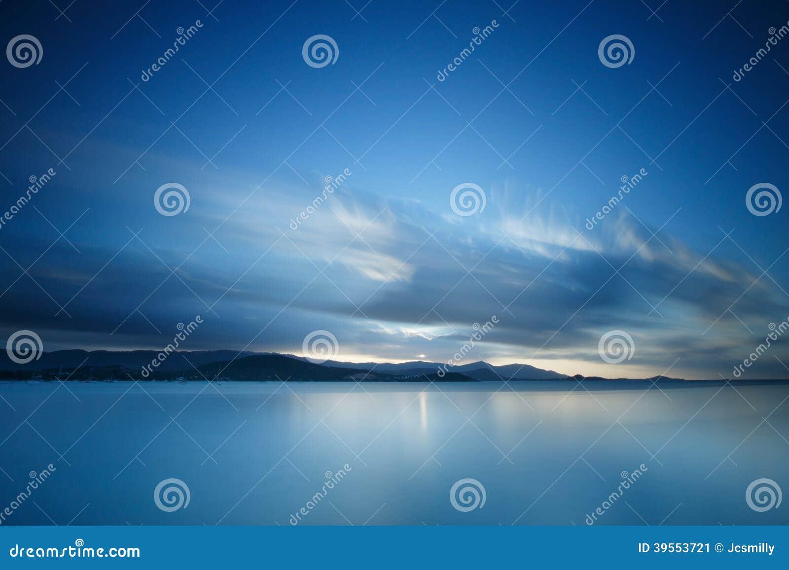 Dramatiskt tropiskt solnedgånghimmel och hav på skymning