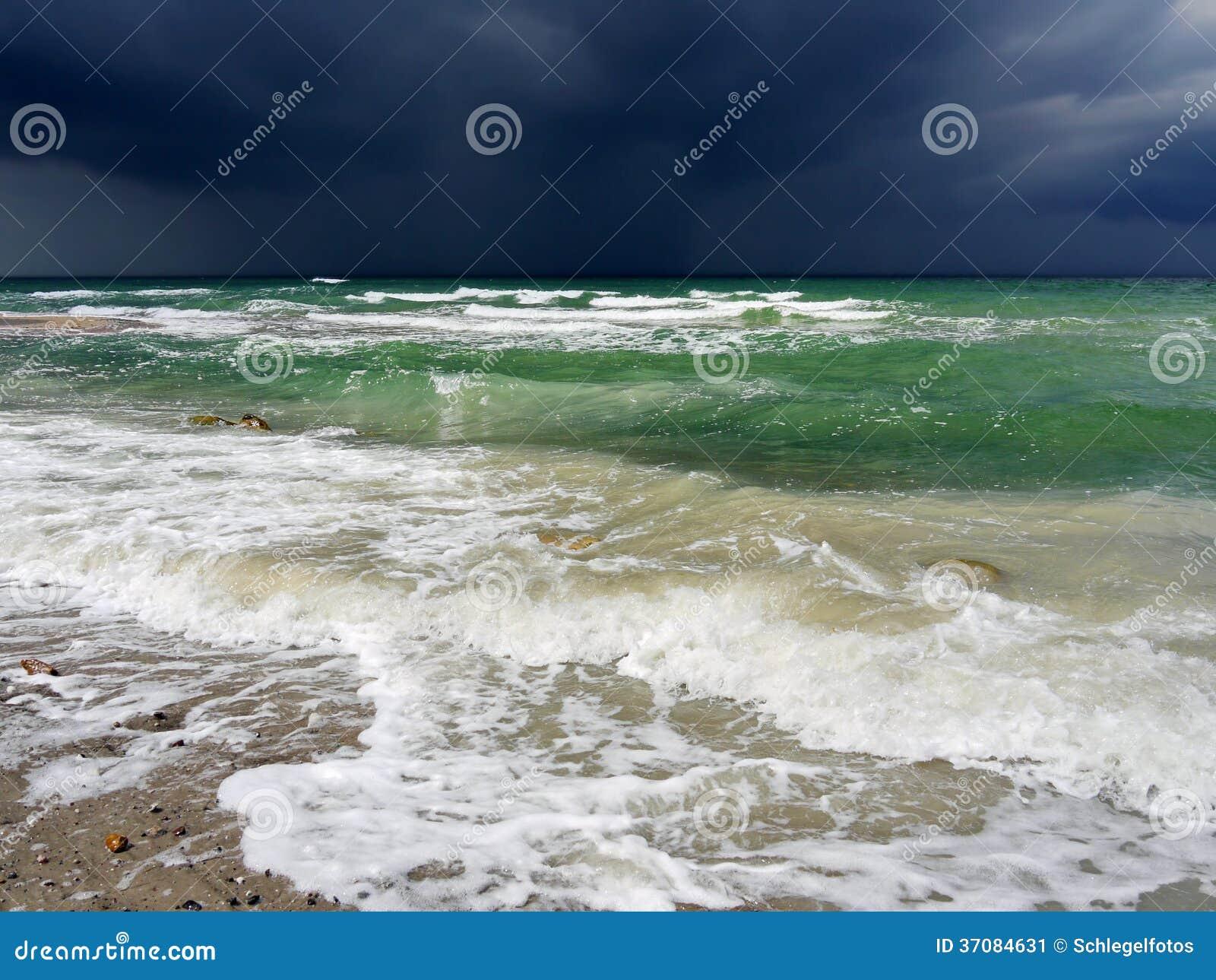 Download Dramatyczna Burza Na Oceanie Obraz Stock - Obraz złożonej z grzmot, scena: 37084631