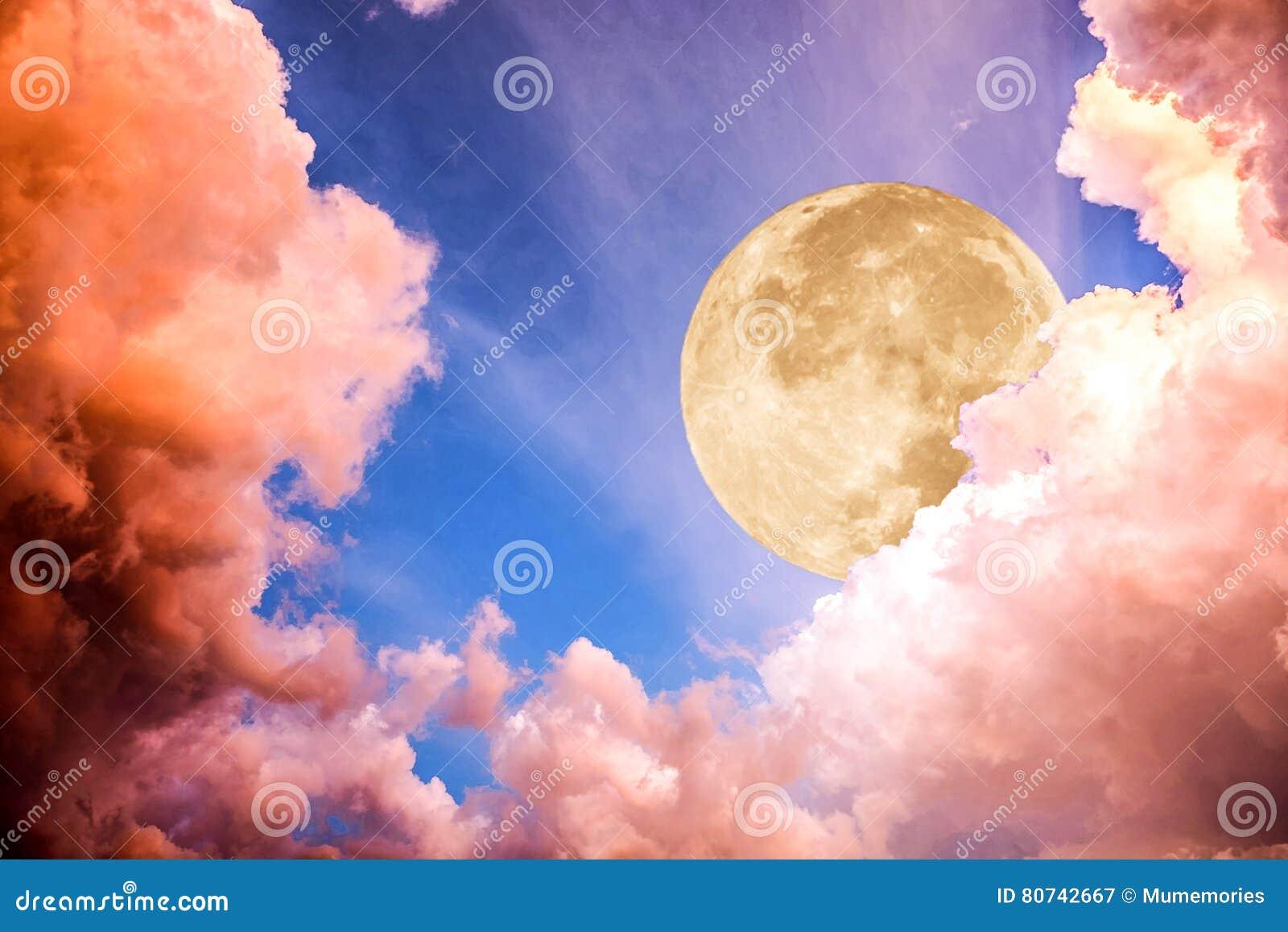 Dramatyczna chmura z księżyc światłem na niebie