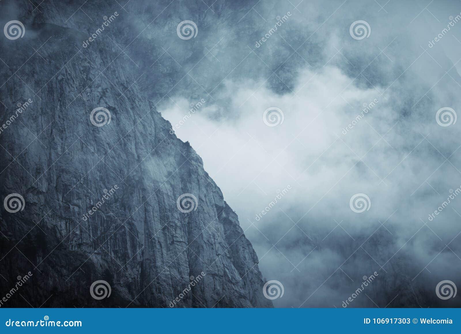 Dramatyczna Mgłowa góra