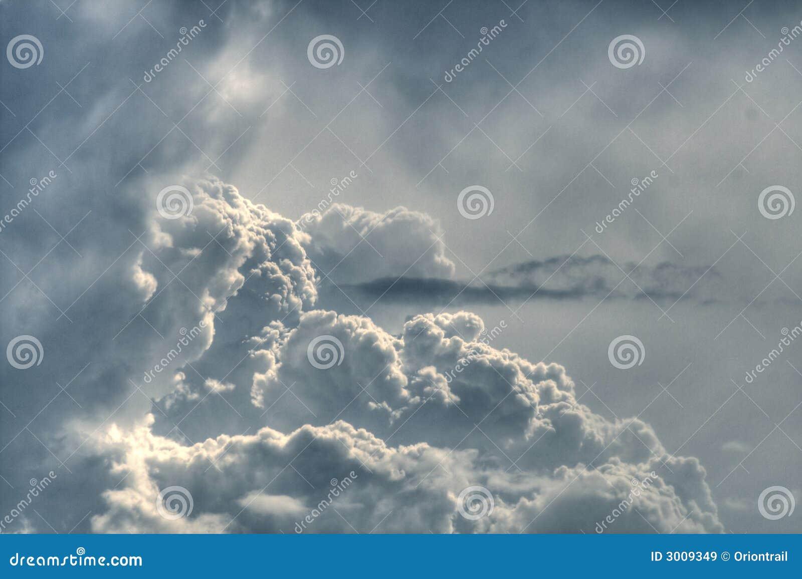 Dramatyczne fluffy grey niebo