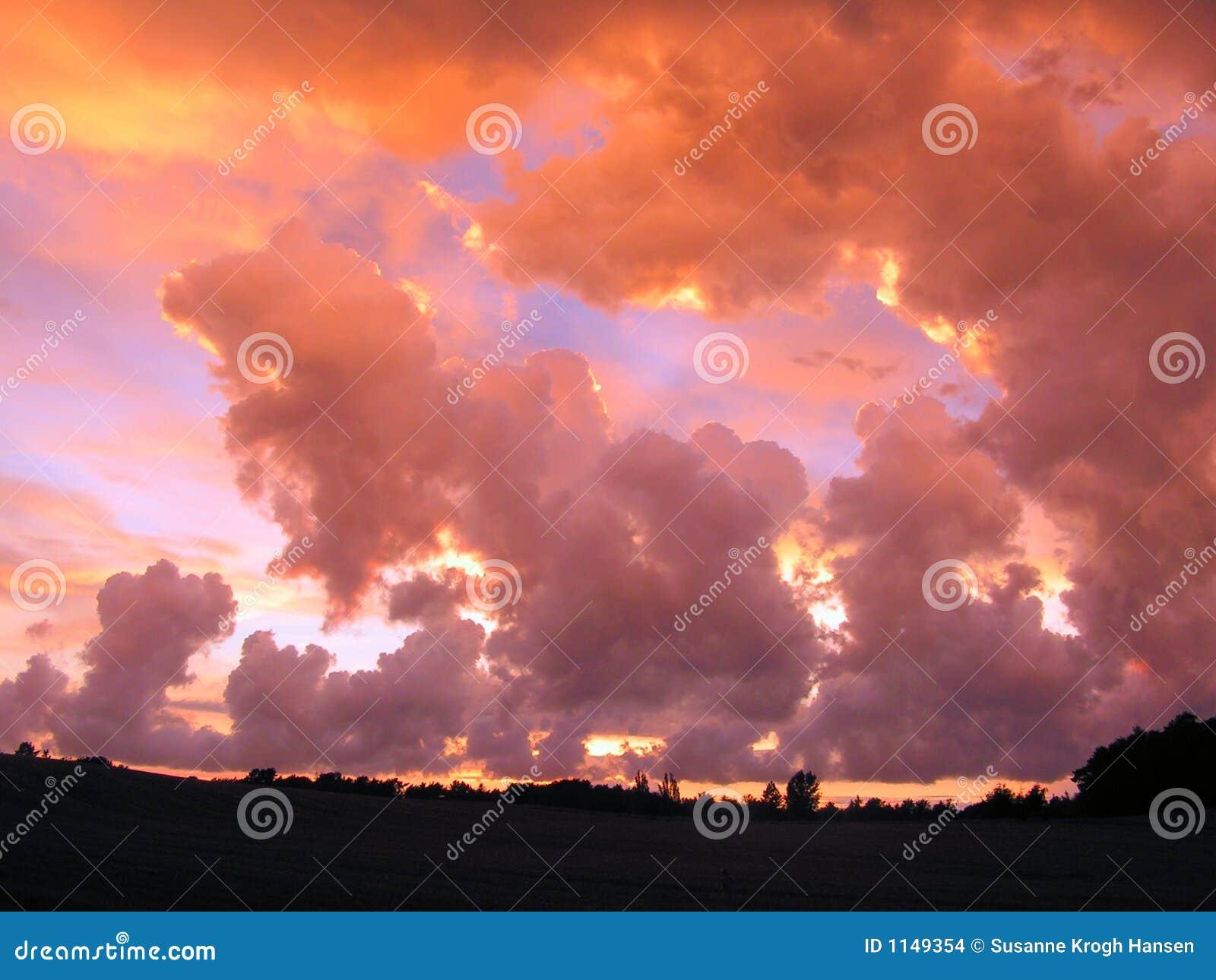 Dramatyczne pole ponad niebem.