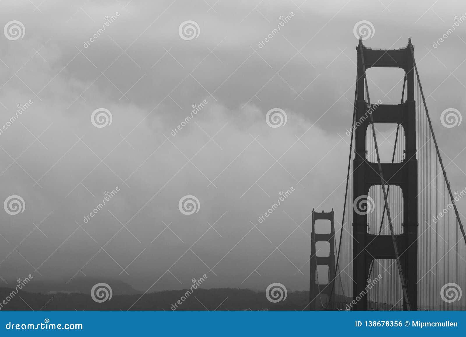 Dramatyczny czarny i biały wizerunek Golden Gate Bridge