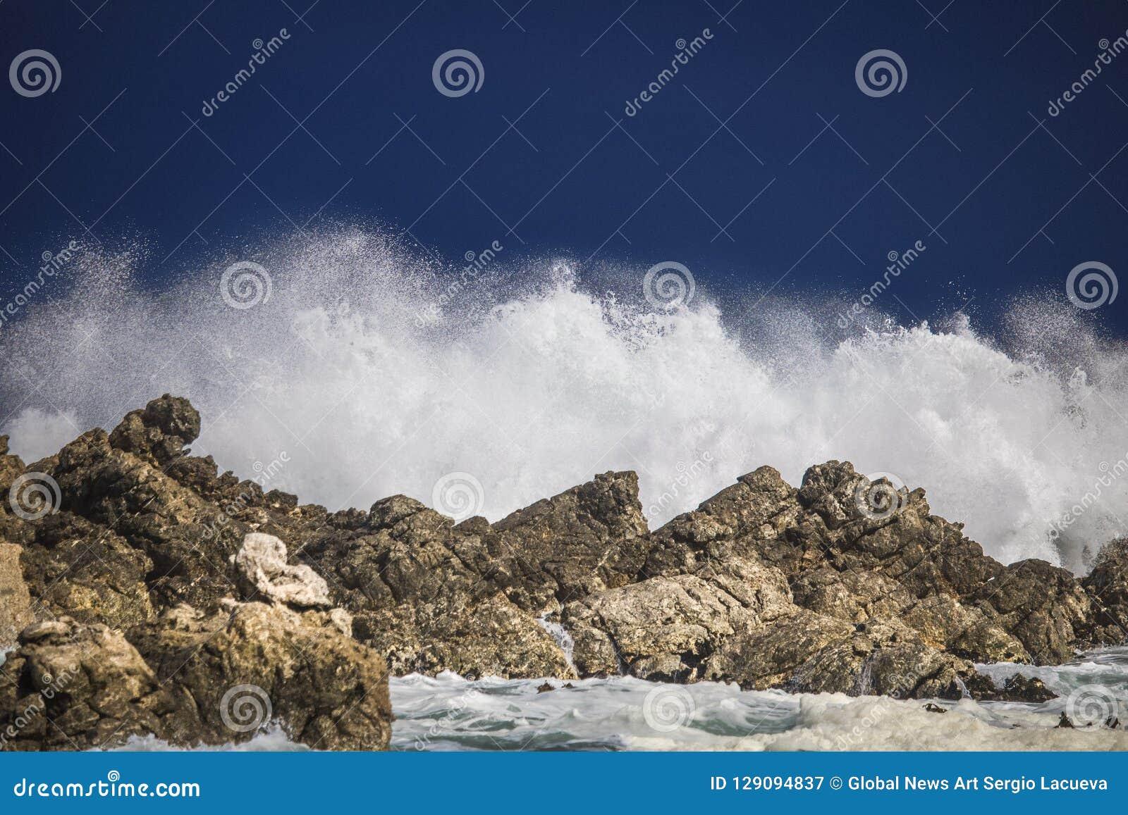 Dramatyczny duży burzowy rozbija fala pluśnięcie Kleinmond, Zachodni przylądek, Południowa Afryka