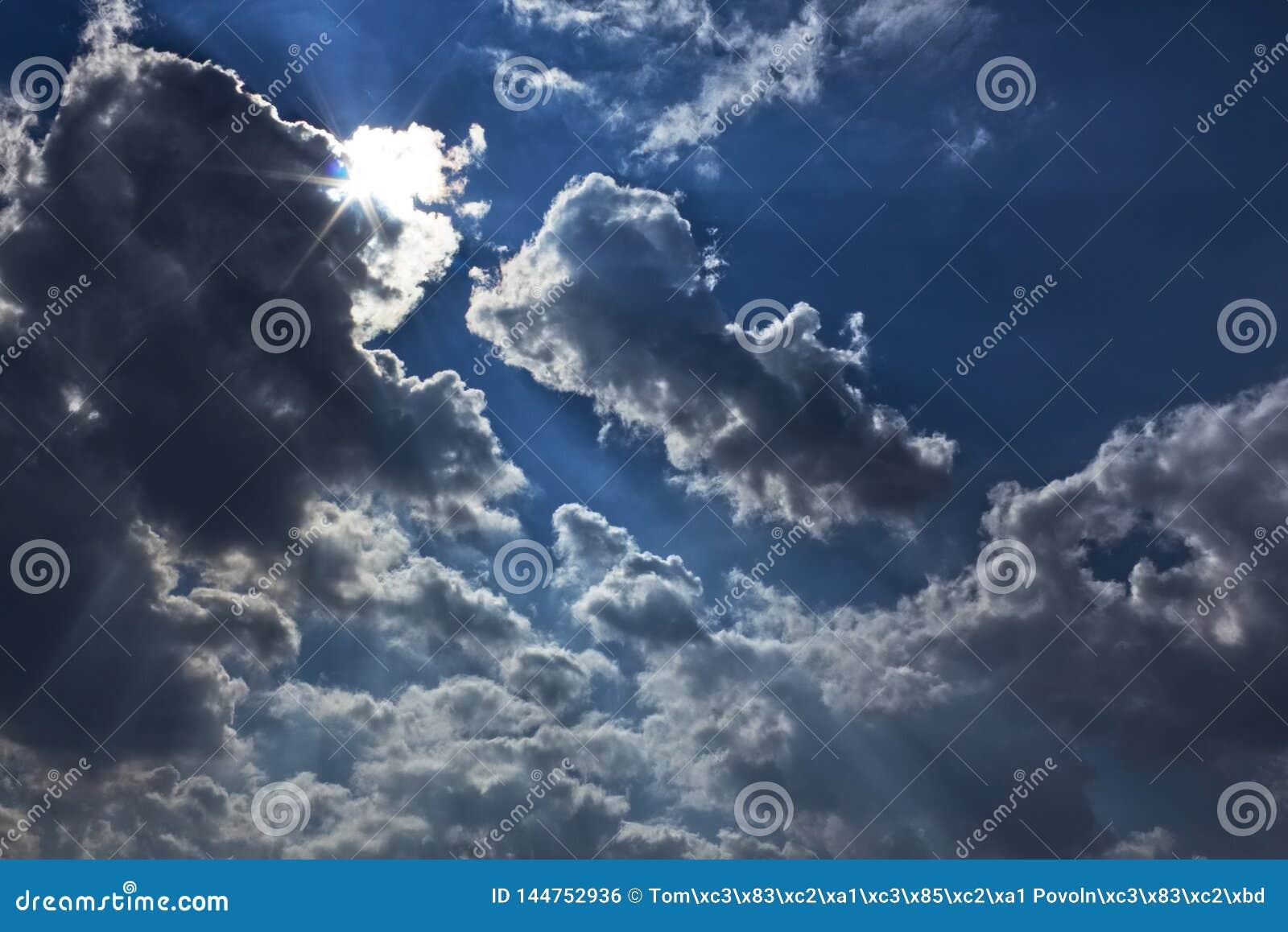 Dramatyczny niebo chmurnieje słońce raców przed grzmotem