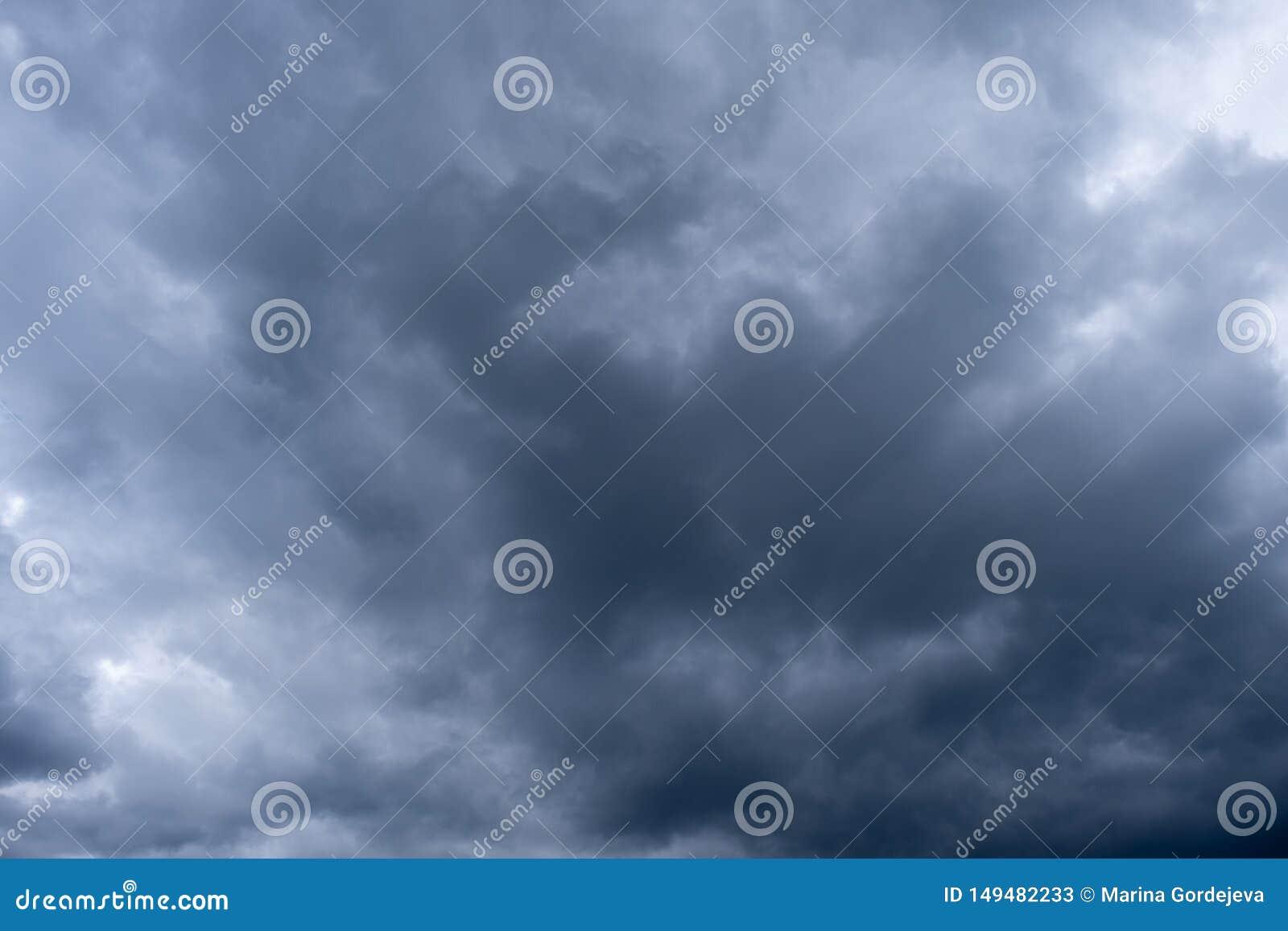Dramatyczny niebo z chmurami, burzowy niebo