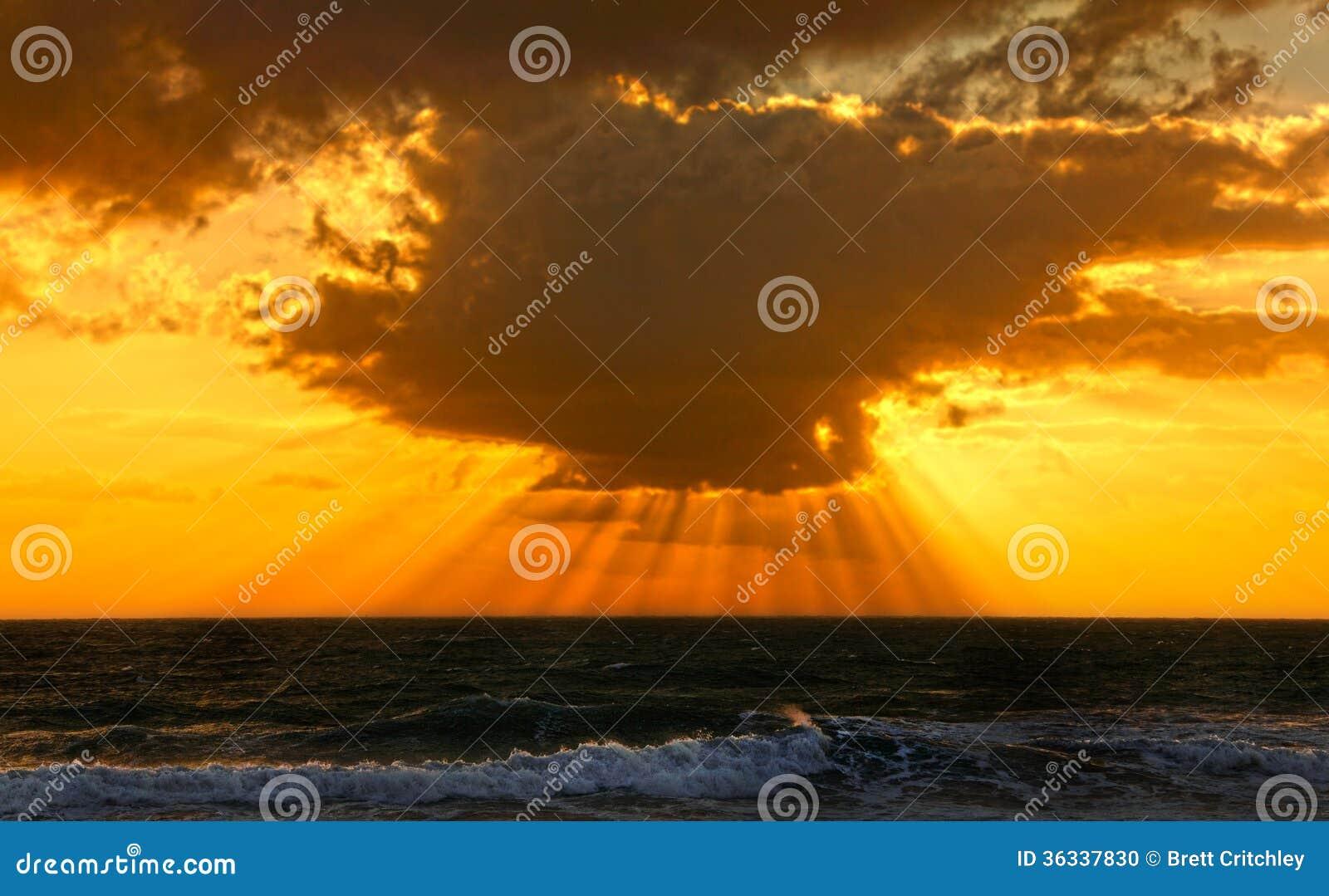 Dramatyczny oceanu zmierzch