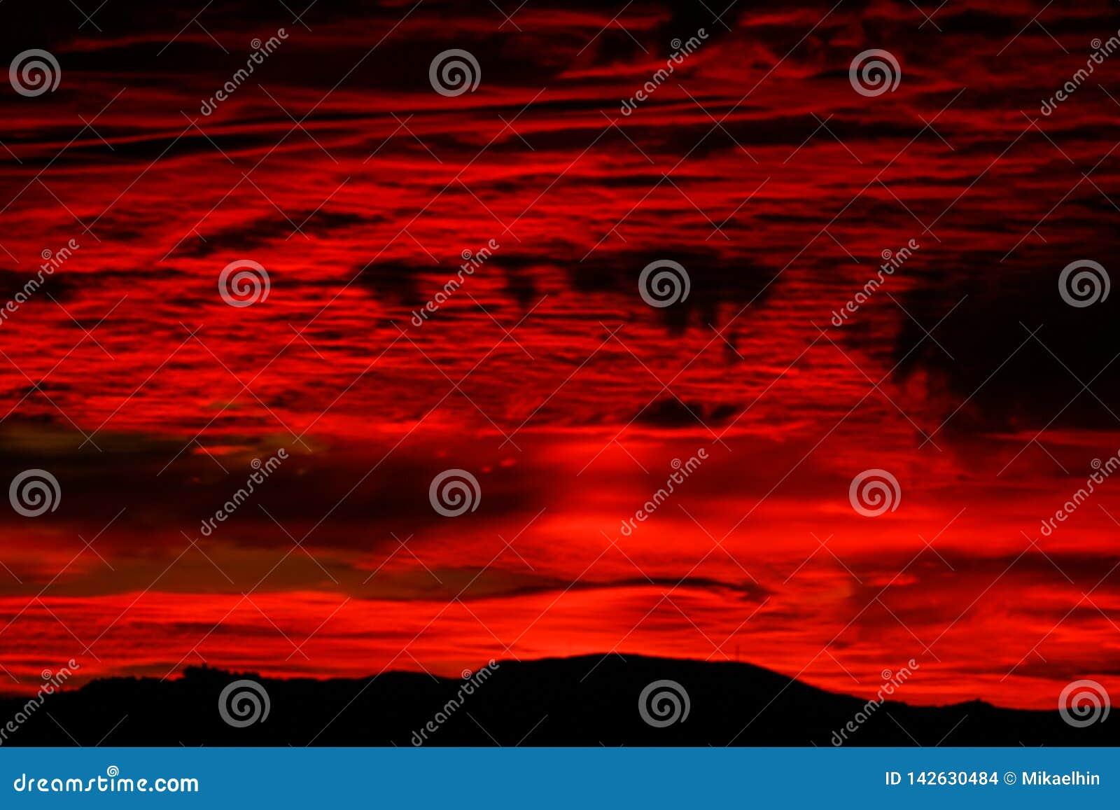 Dramatyczny ognisty burzy niebo
