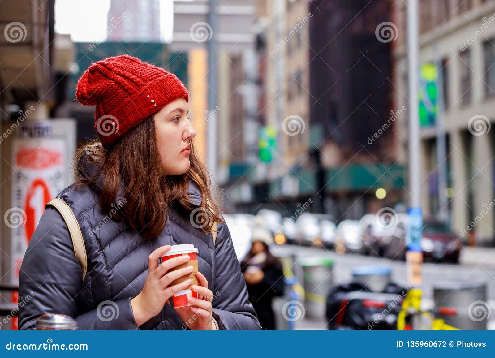 Dranken en mensenconcept - gelukkige jonge tiener het drinken koffie van document kop op stadsstraat