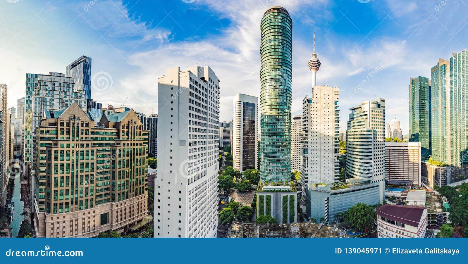 Drapacz chmur w Kuala Lumpur, Malezja centrum miasta linia horyzontu