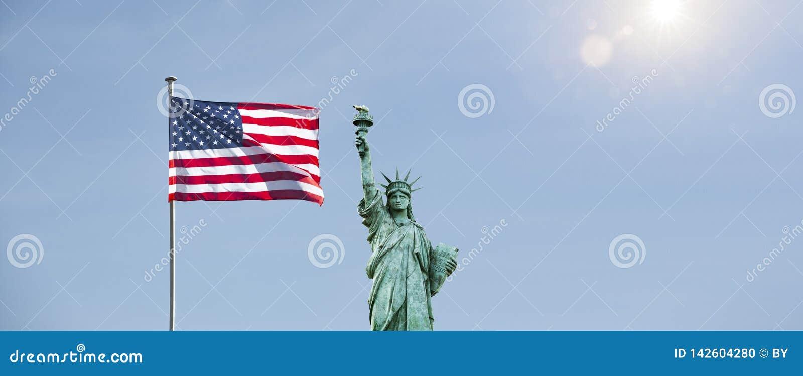 Drapeau américain avec la statue