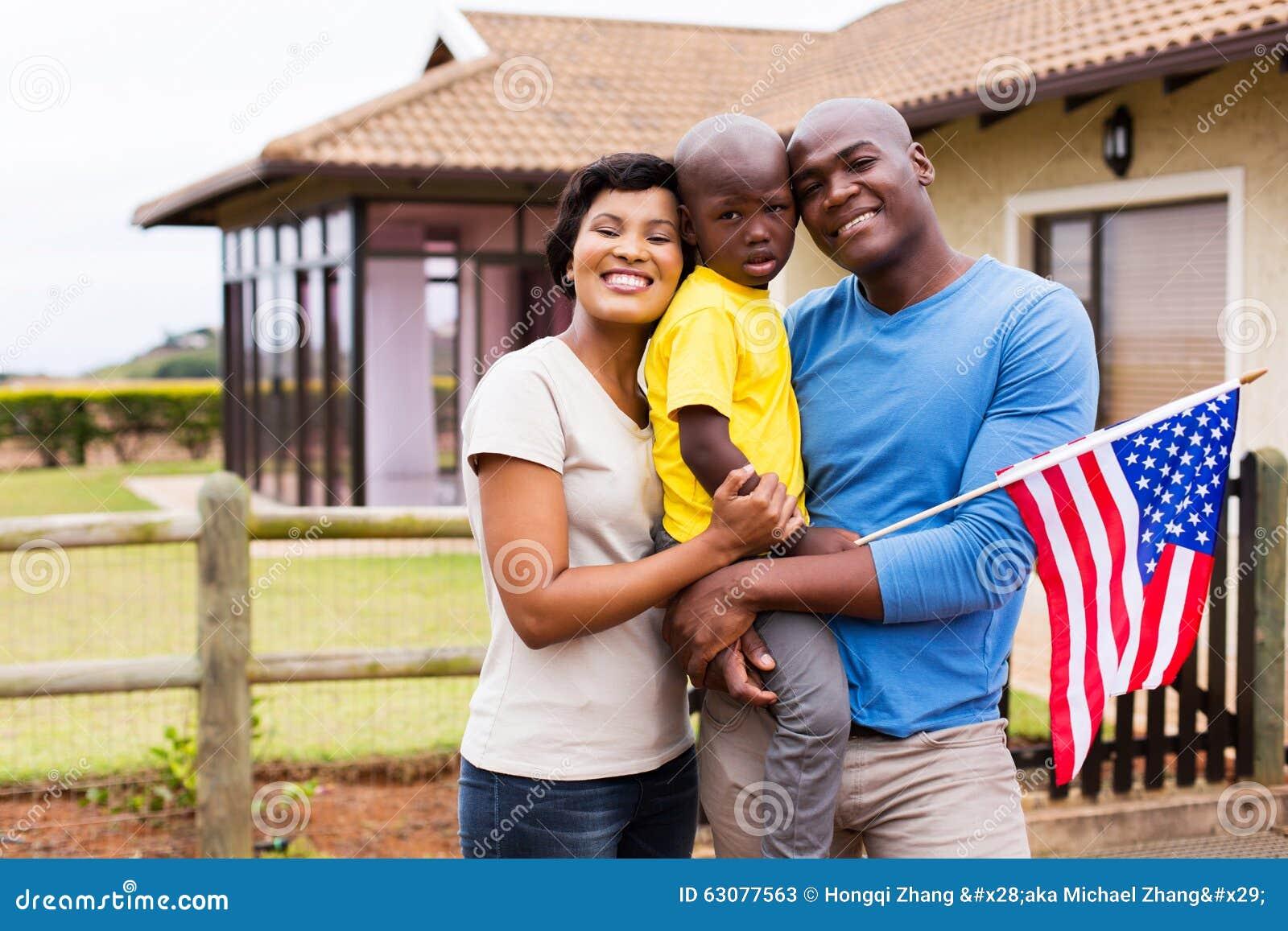 Download Drapeau Américain De Jeune Famille Image stock - Image du amérique, gosse: 63077563