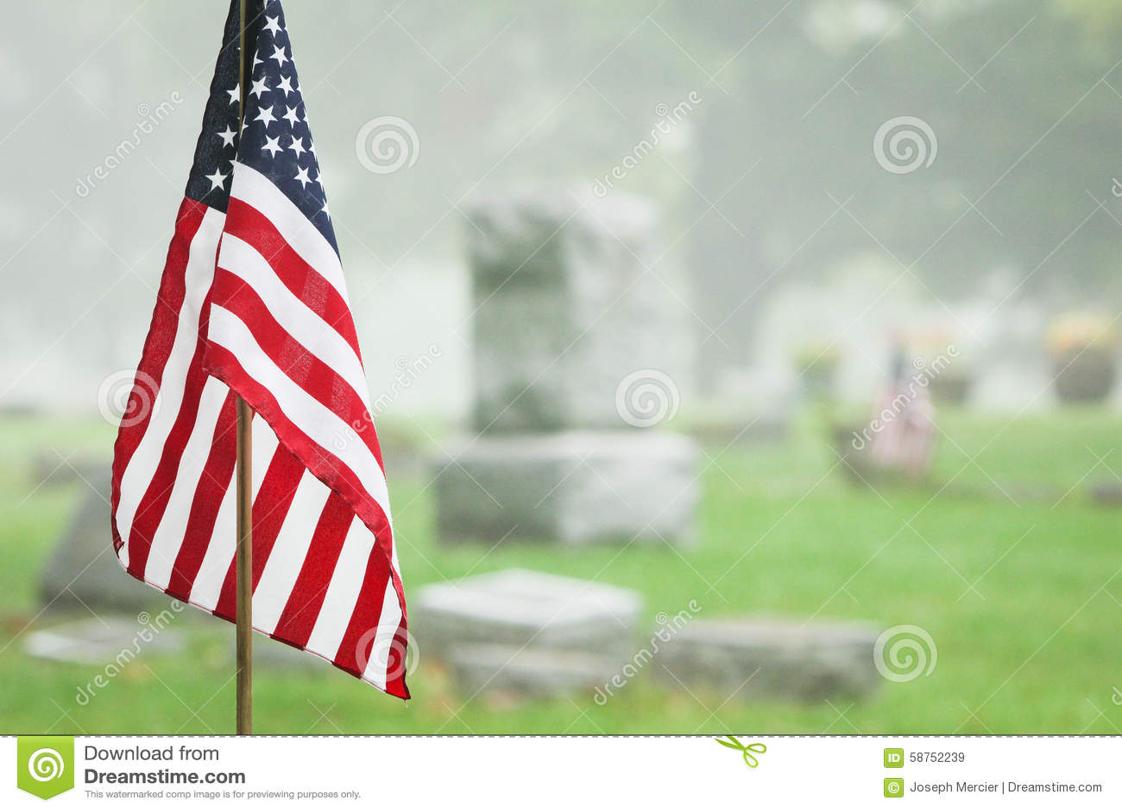 Drapeau américain de vétéran dans le cimetière brumeux