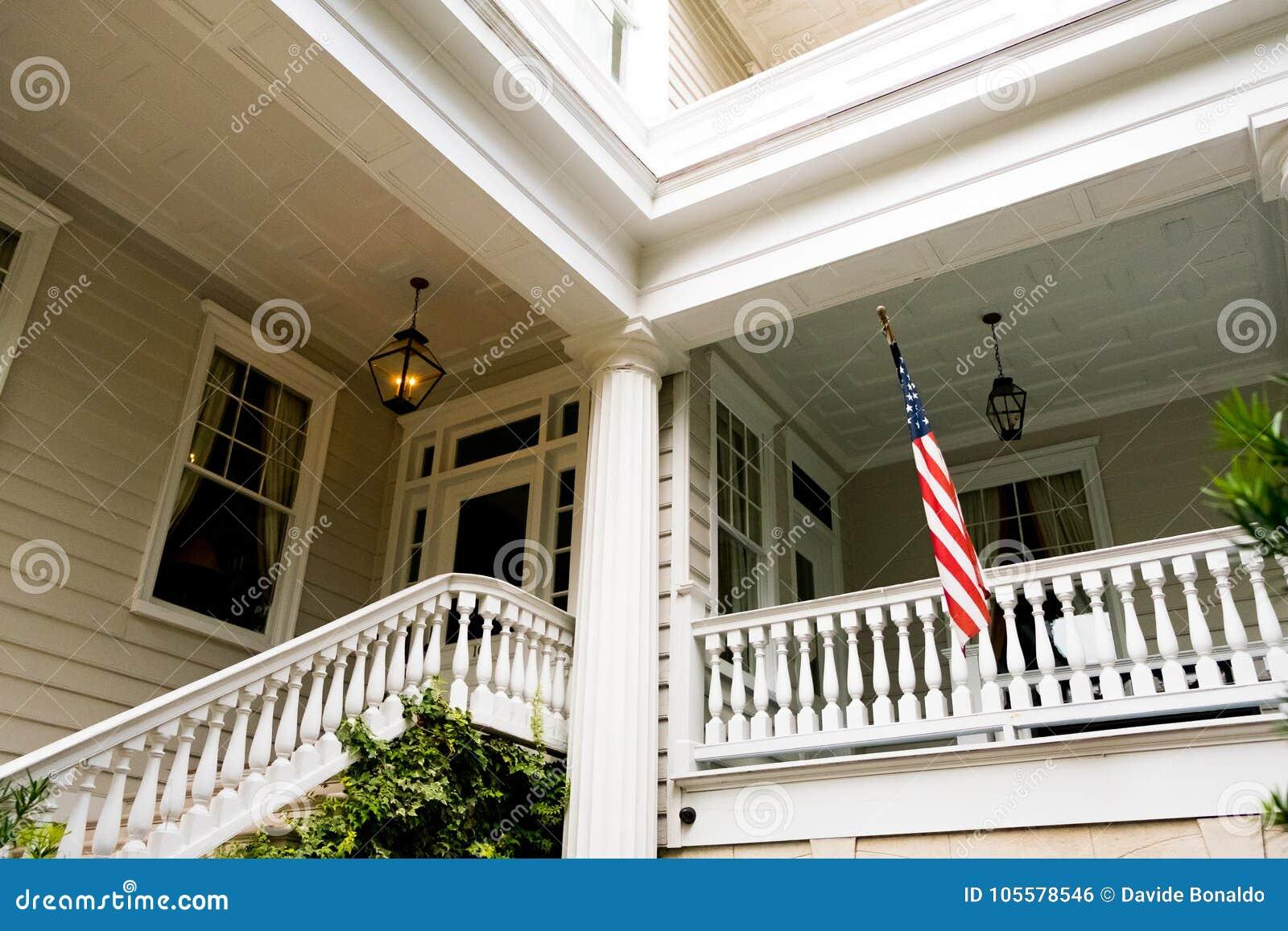 Le Porche De La Maison drapeau américain en dehors du porche à la maison américain en bois