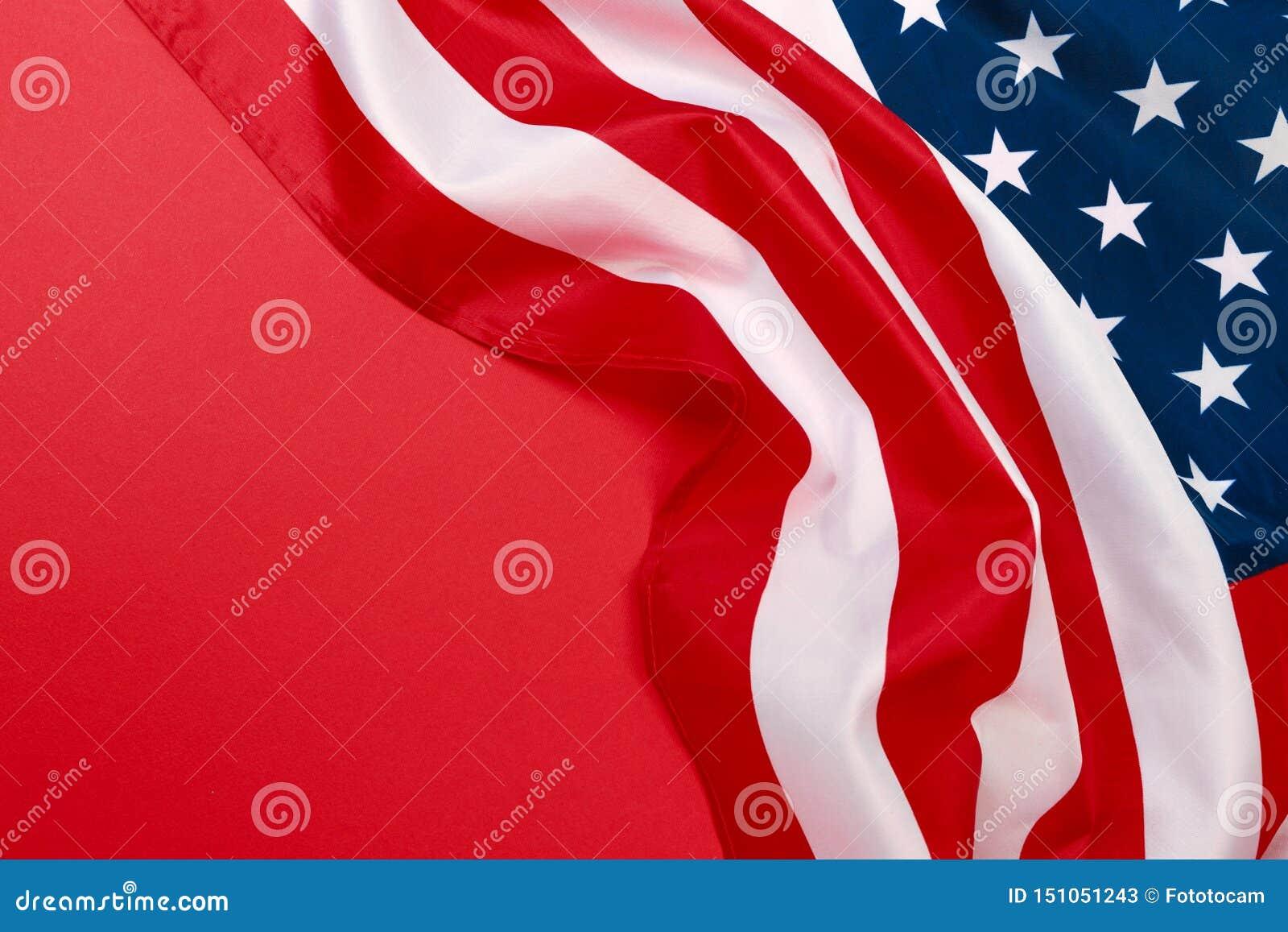 Drapeau américain sur la vue supérieure de fond rouge