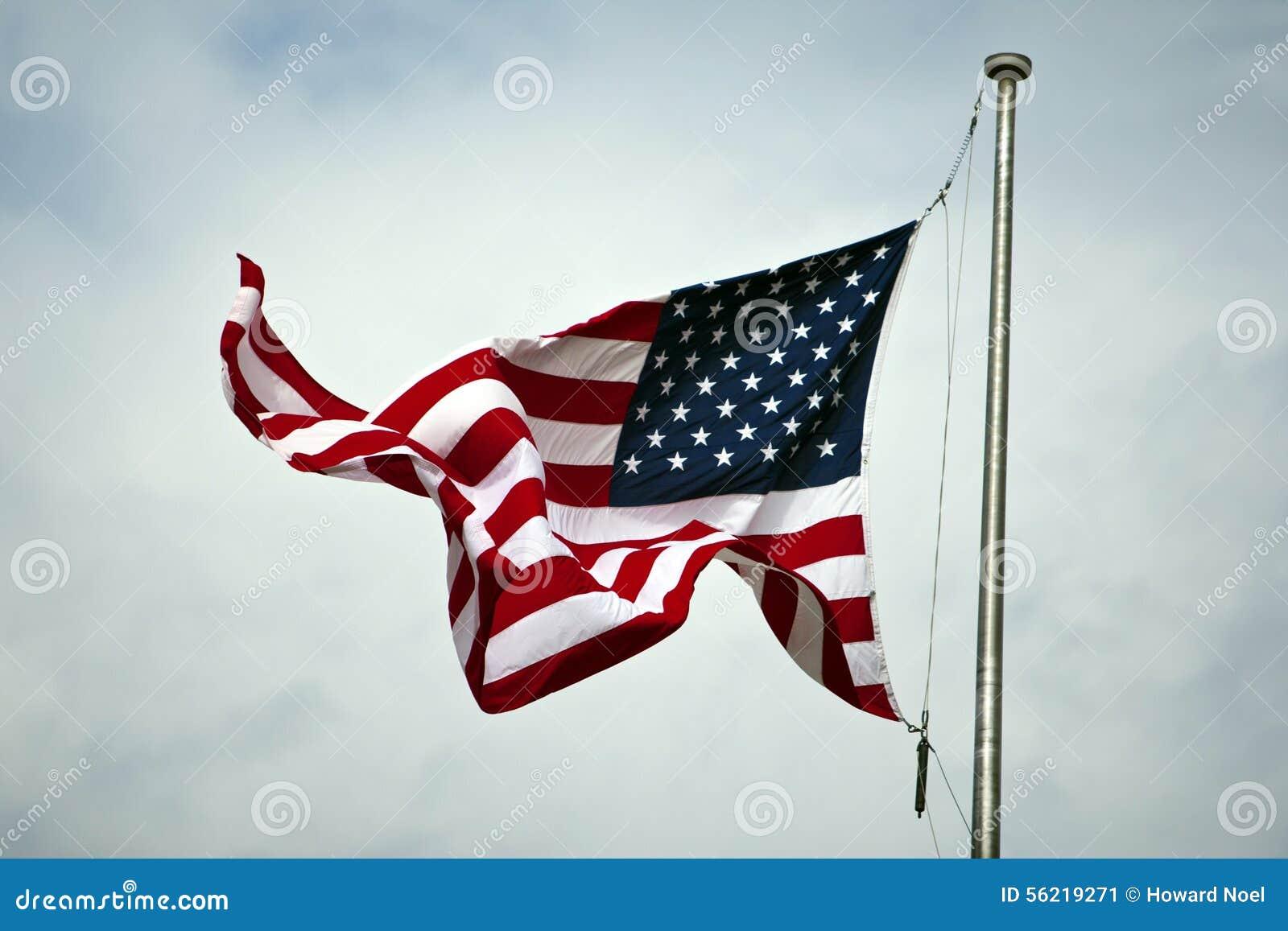 Drapeau américain sur le mât de drapeau