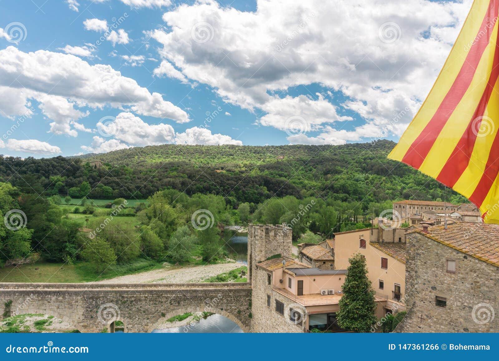 Drapeau catalan au-dessus de vue gentille petit et m?di?val de village de Besalu, ? G?rone, Catalogne