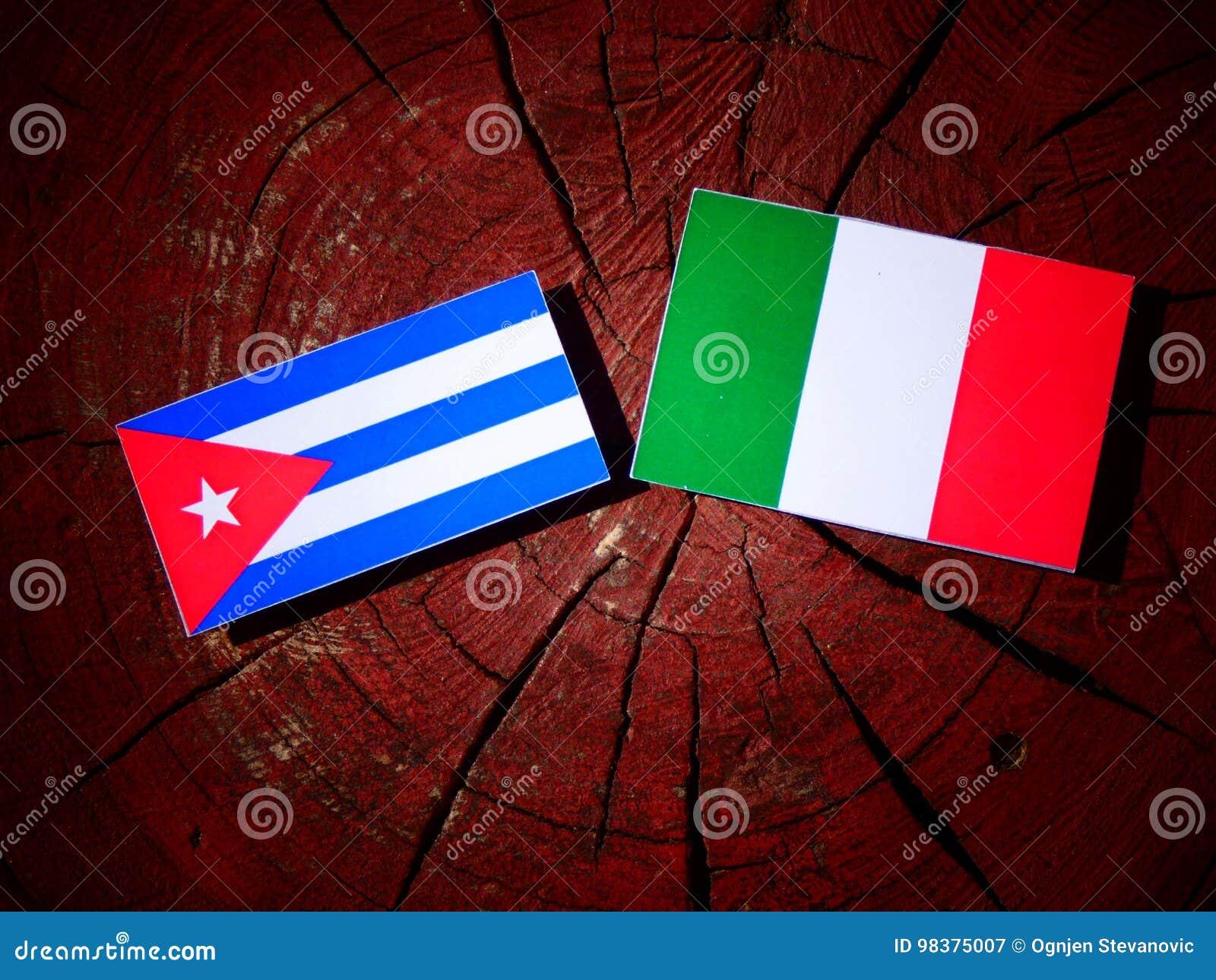 Drapeau cubain avec le drapeau italien sur un tronçon d arbre d isolement