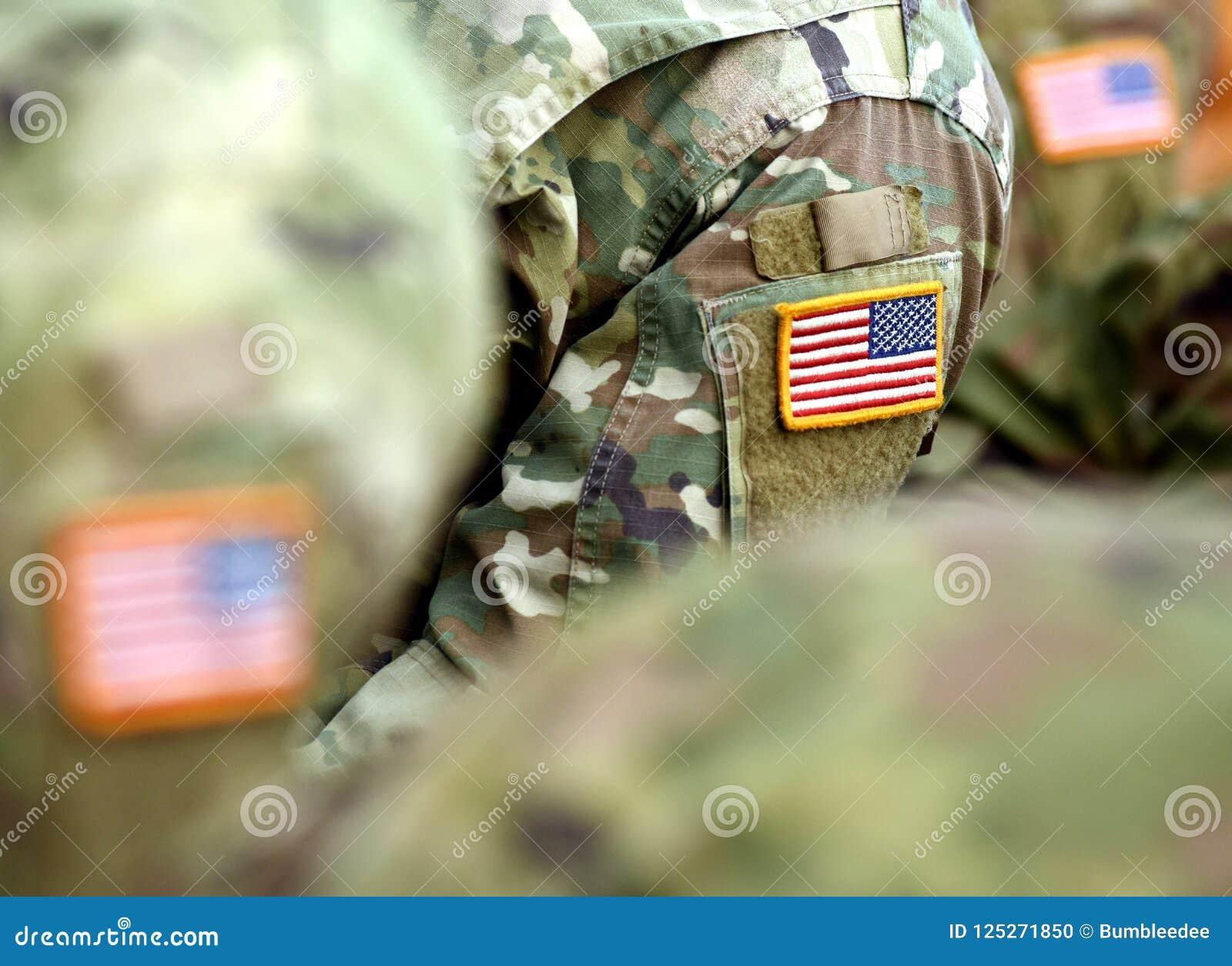 Drapeau de correction des Etats-Unis sur le bras de soldats Troupes des USA