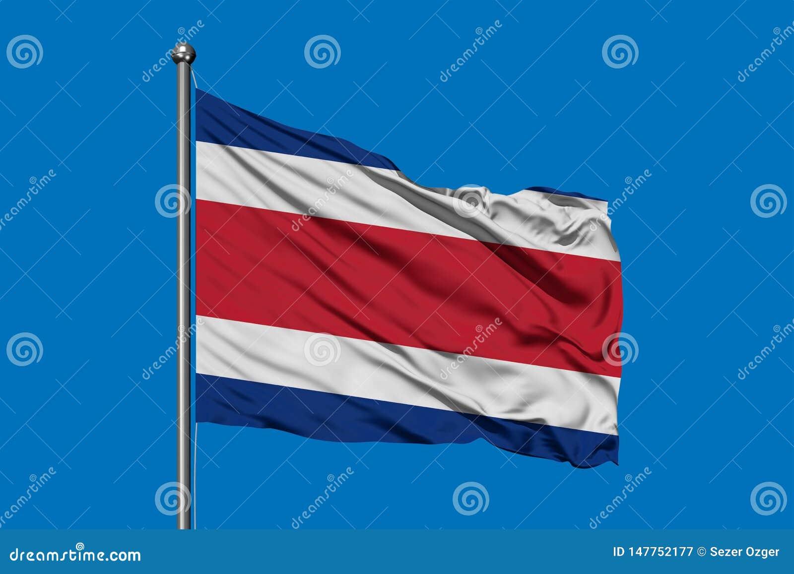 Drapeau de Costa Rica ondulant dans le vent contre le ciel bleu profond Costa Rican Flag