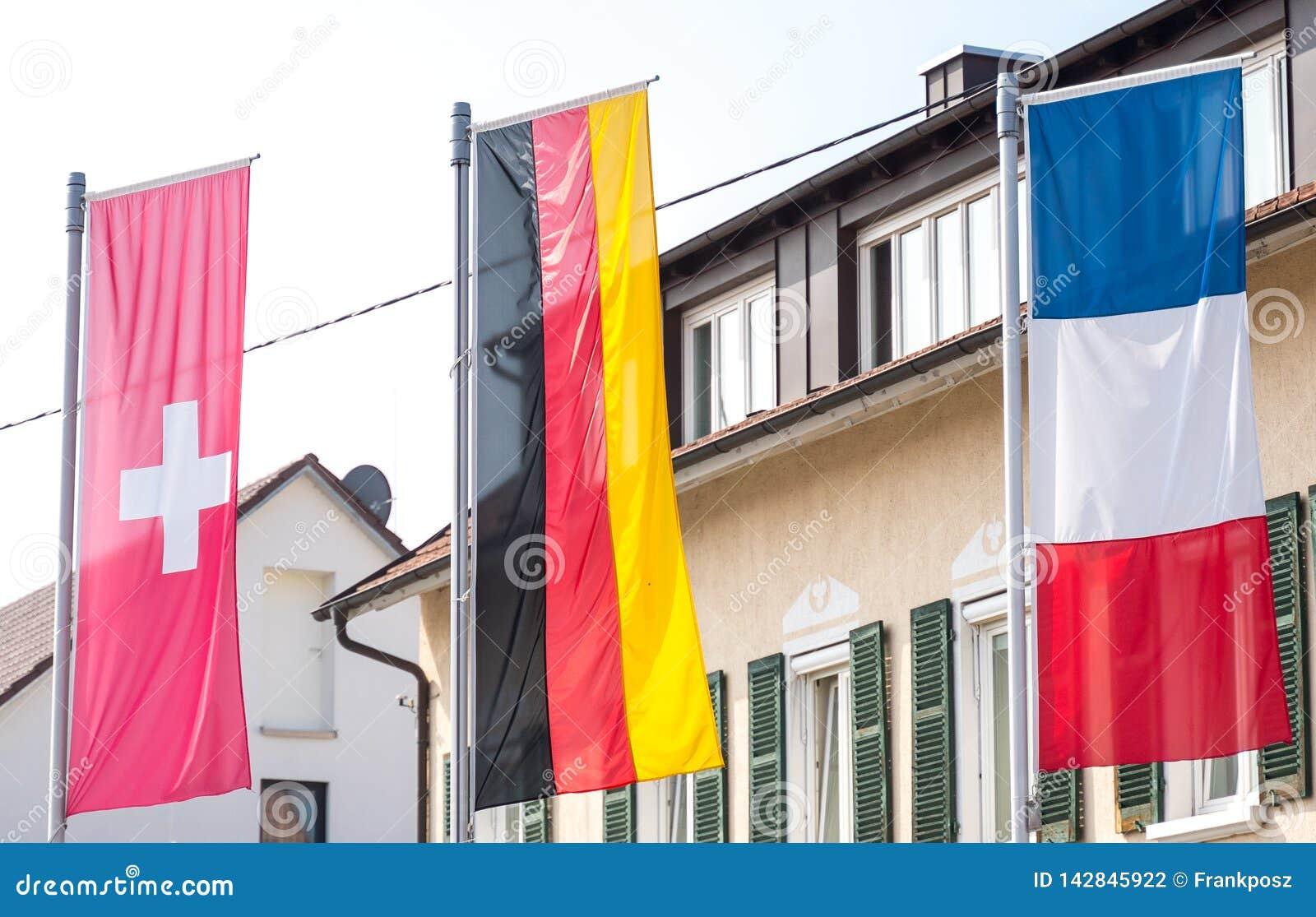 Drapeau de l Allemagne, drapeau suisse, drapeau français soufflant dans le vent