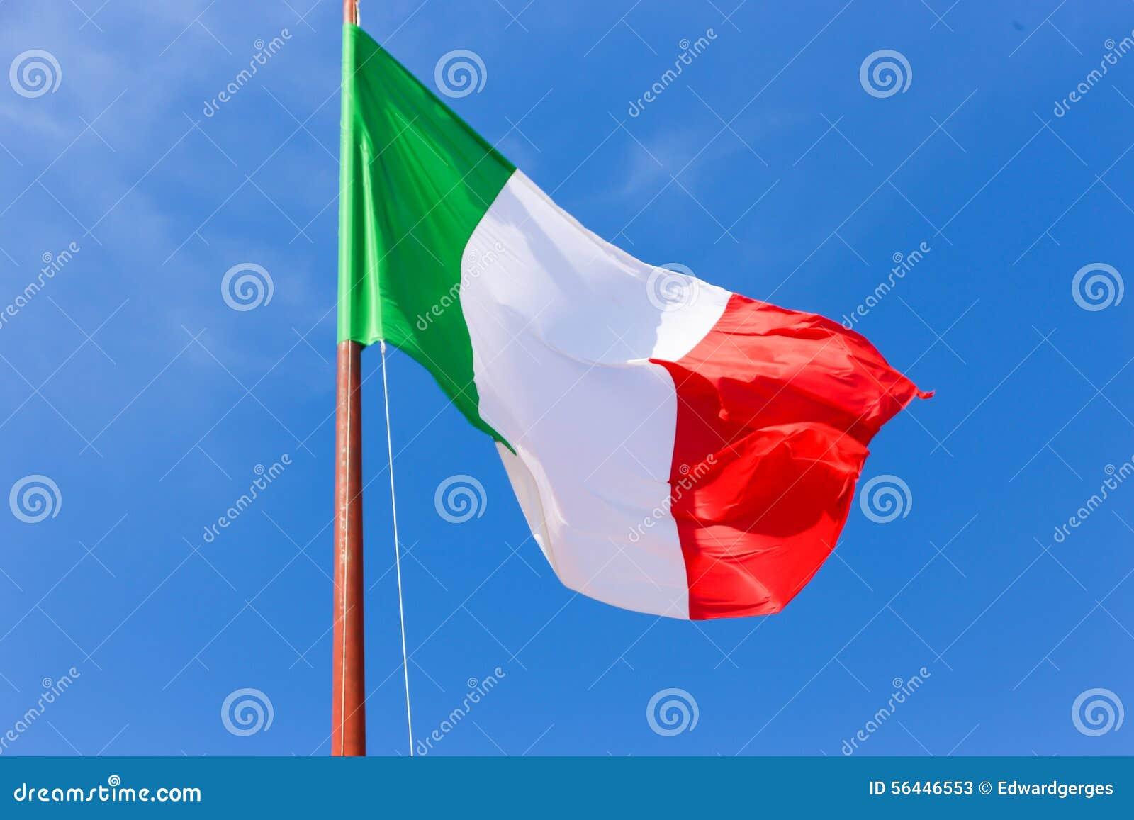 Drapeau de l Italie sur le ciel bleu
