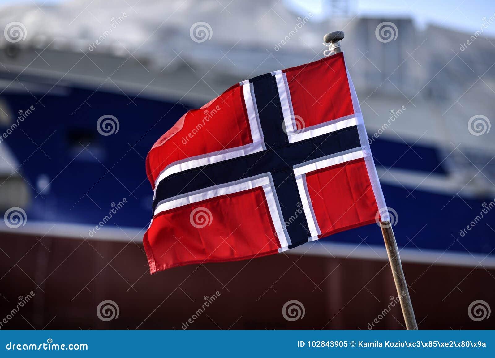 Drapeau de la Norvège ondulant dans le port de Skagen, Danemark