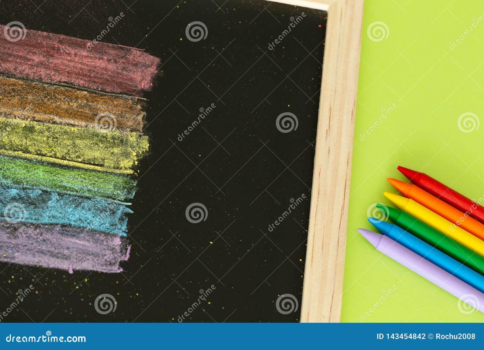 Drapeau de LGBT peint sur le concept de conseil pédagogique/éducation dans les sujets de la tolérance