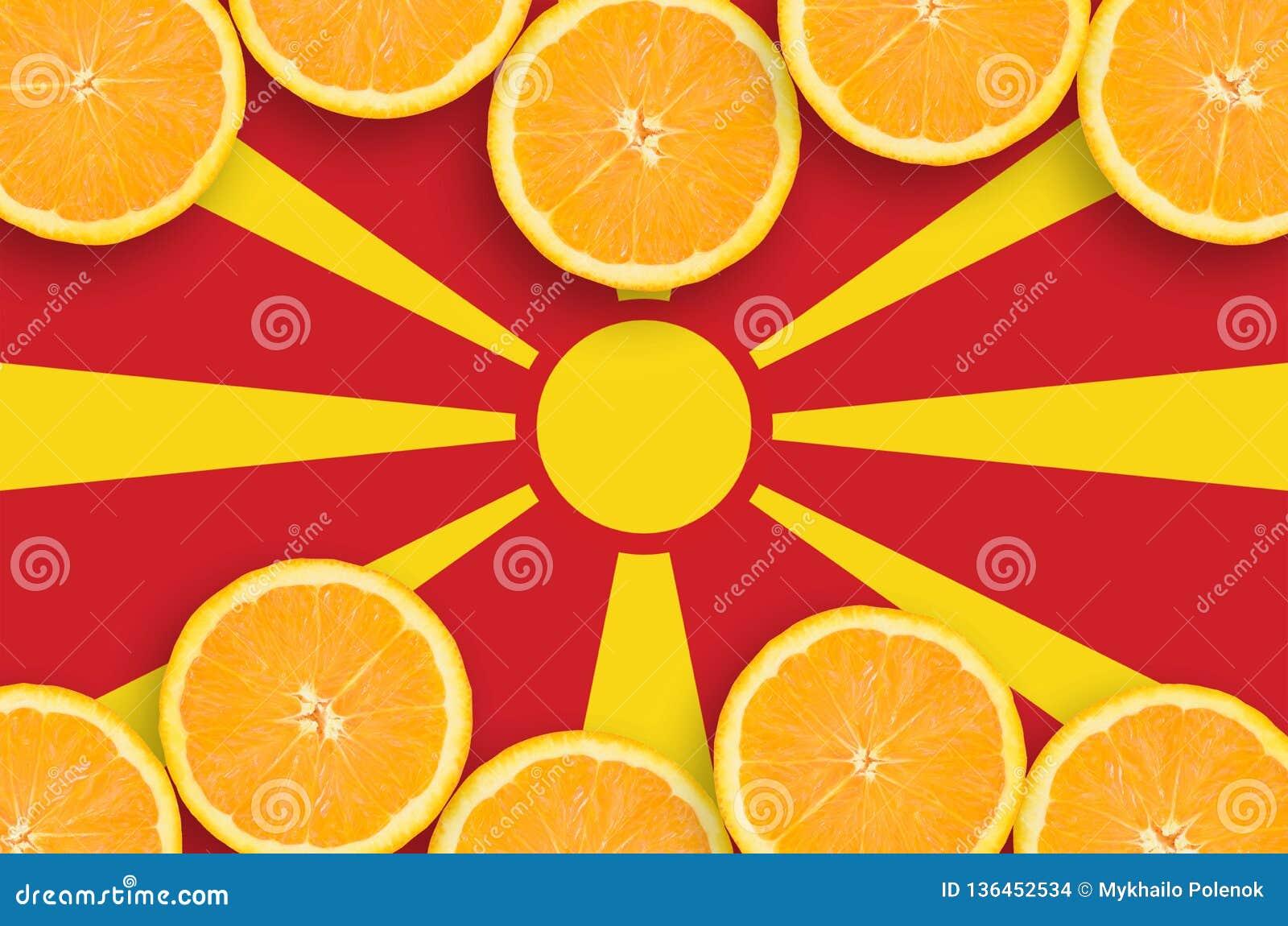 Drapeau de Macédoine dans le cadre horizontal de tranches d agrumes