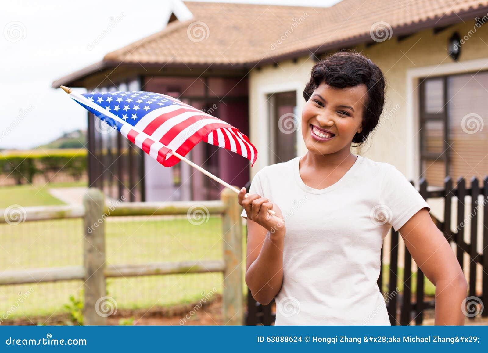 Download Drapeau Des Etats-Unis De Femme Dehors Photo stock - Image du mignon, femelle: 63088624