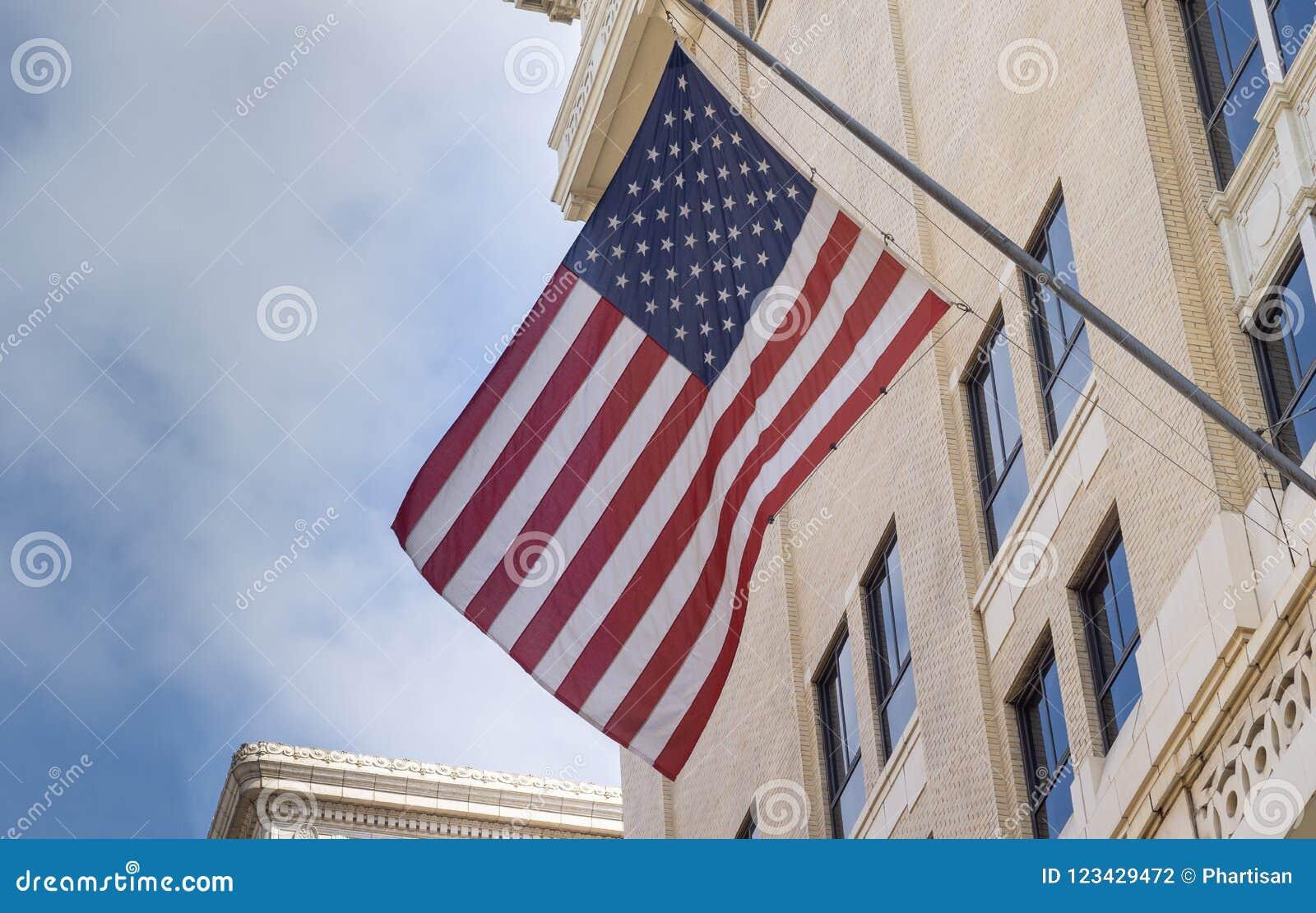 Drapeau des USA montré du bâtiment du centre de ville de Los Angeles