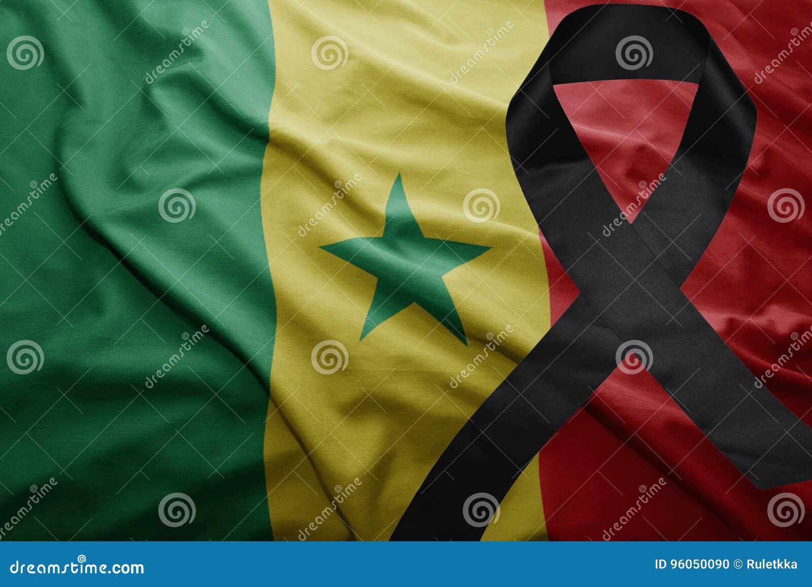 Drapeau du Sénégal avec le ruban de deuil noir