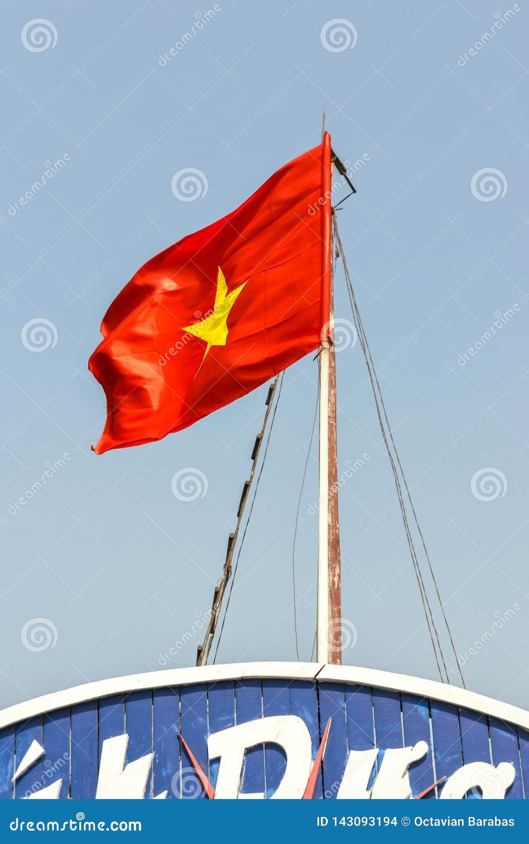 Drapeau du Vietnam sur le poteau sur le bateau
