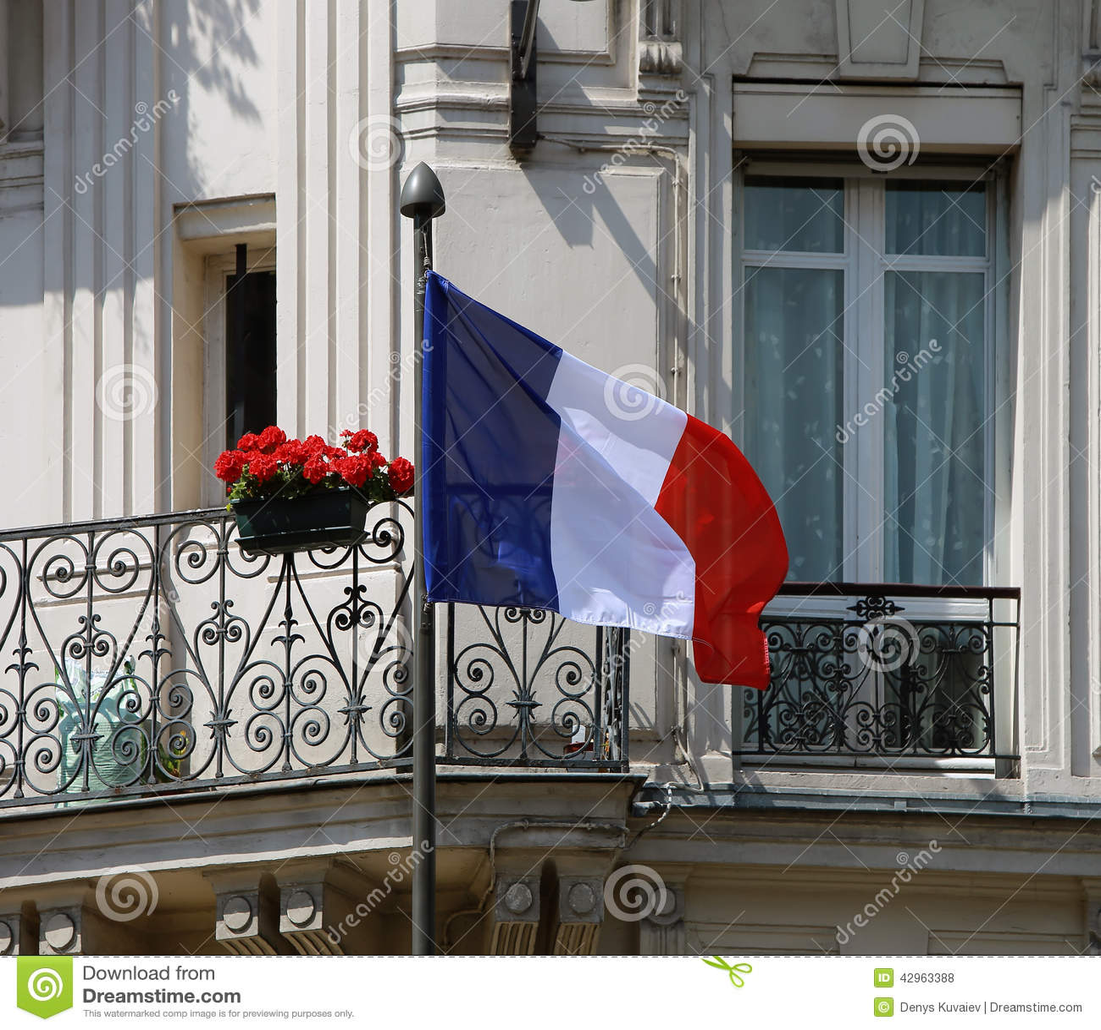 Drapeau français à la façade
