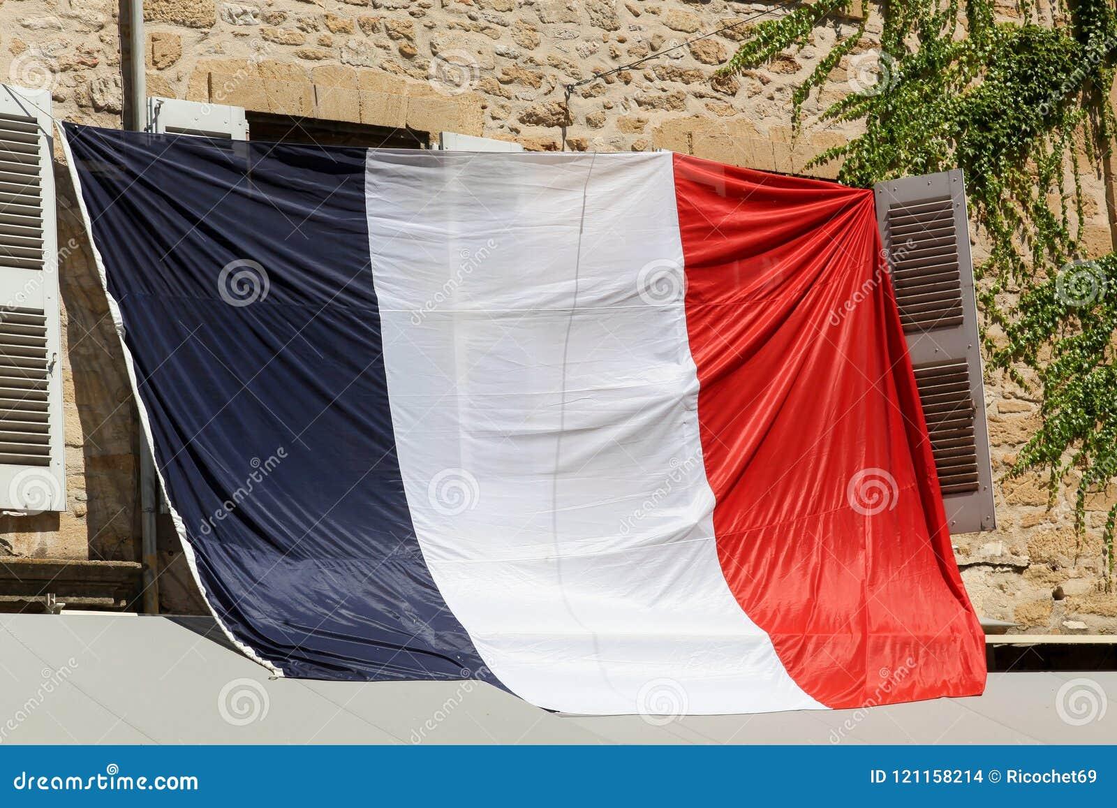 Drapeau français à une fenêtre pendant la coupe du monde du football 2018