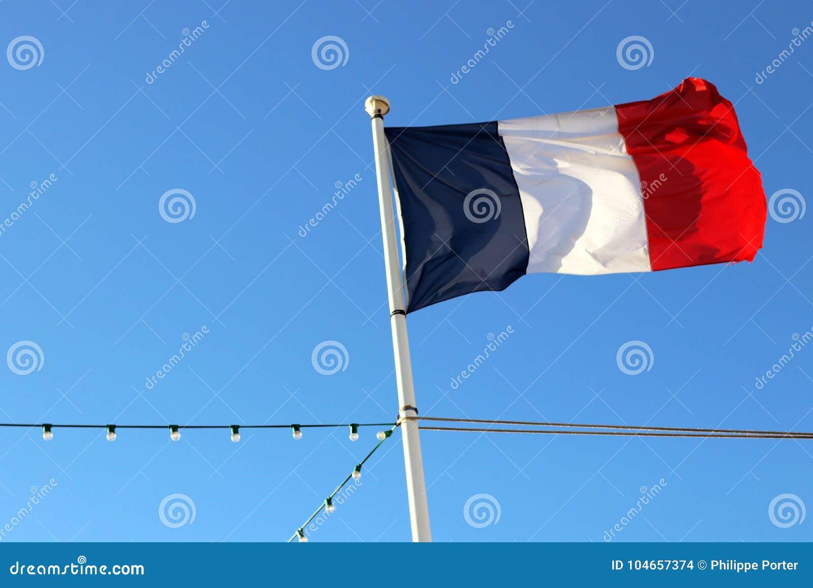 Drapeau français de Frances avec un tir profond d angle faible de ciel bleu