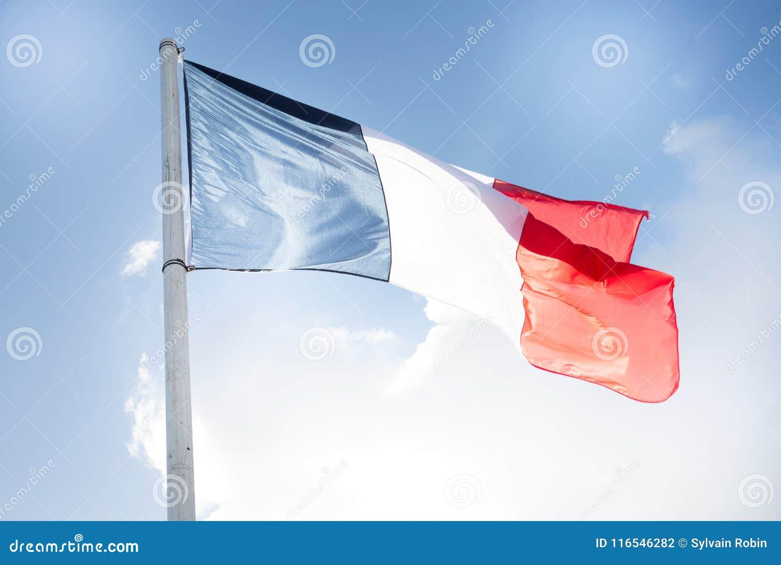 Drapeau français en ciel de vent et de nuage extérieur