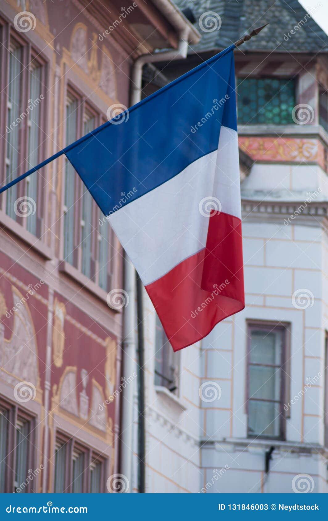 Drapeau français sur la façade de bâtiment dans l endroit de Mulhouse