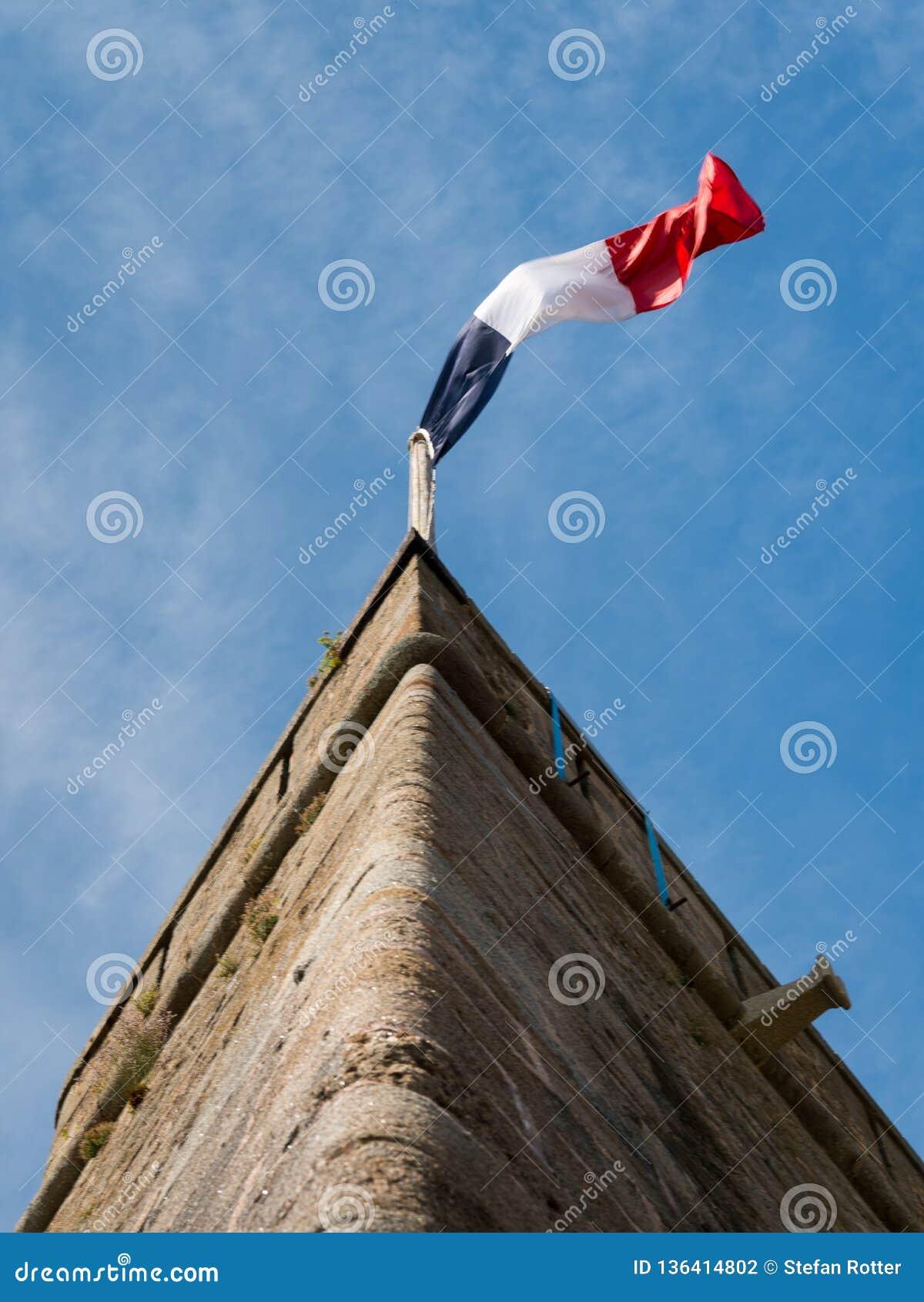 Drapeau français sur le mur d un vieux fort dans Saint Malo